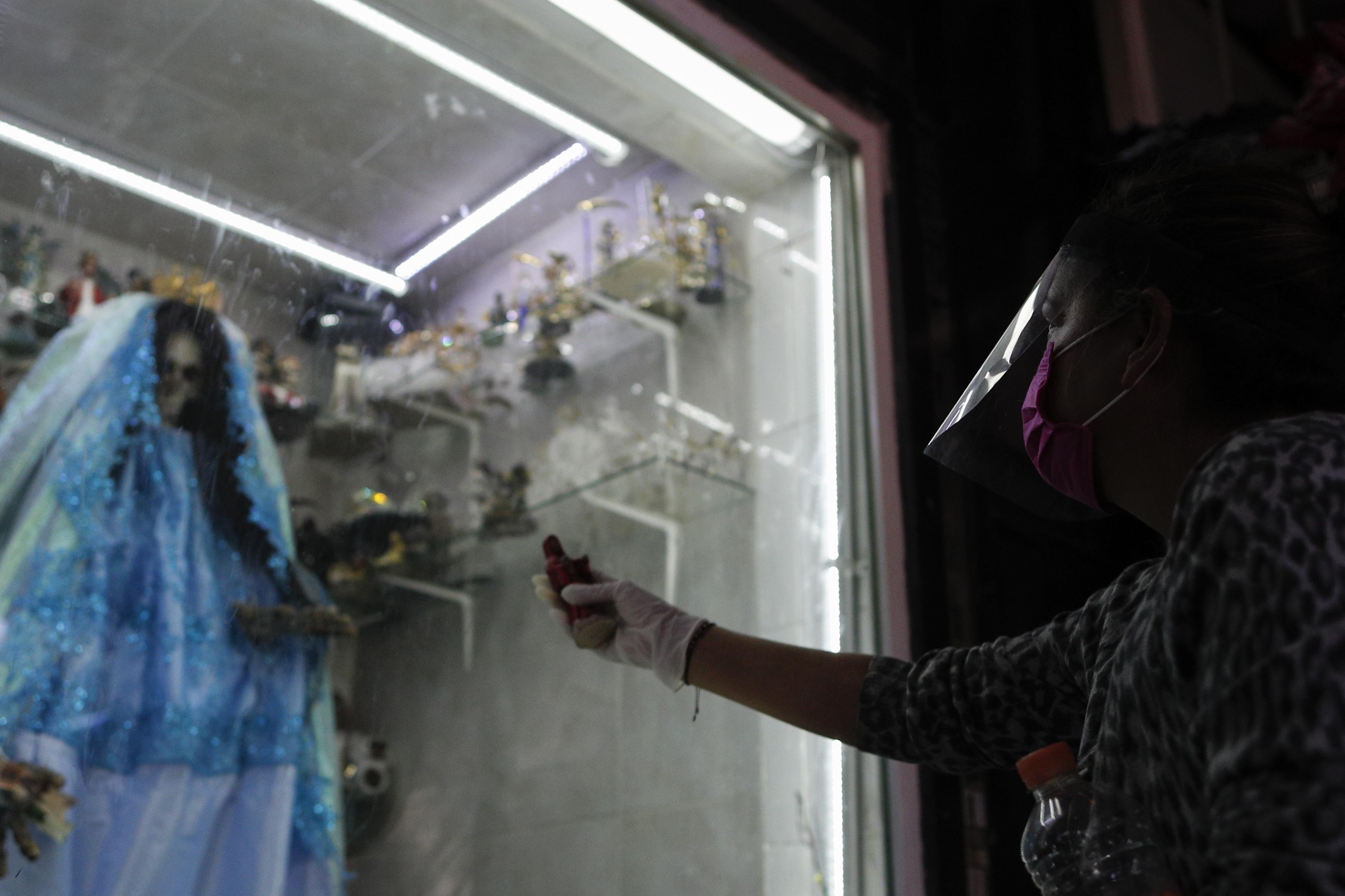 Un devoto que lleva una máscara facial de plástico rinde homenaje a la Santa Muerte. (Foto: AP / Rebecca Blackwell)