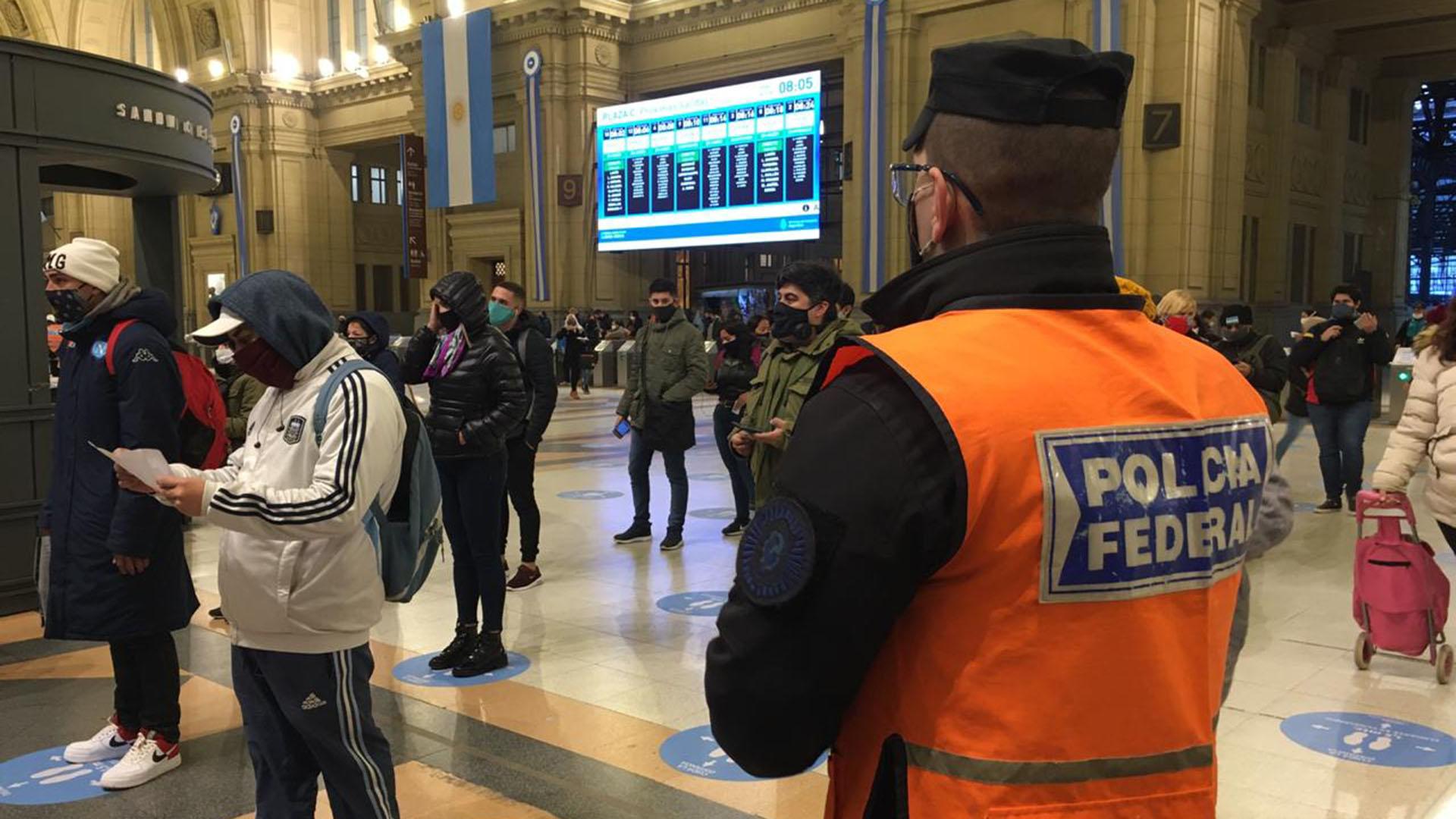 En la foto, trabajadores muestran sus permisos en la estación Constitución de trenes. Deberán renovarlos antes del miércoles