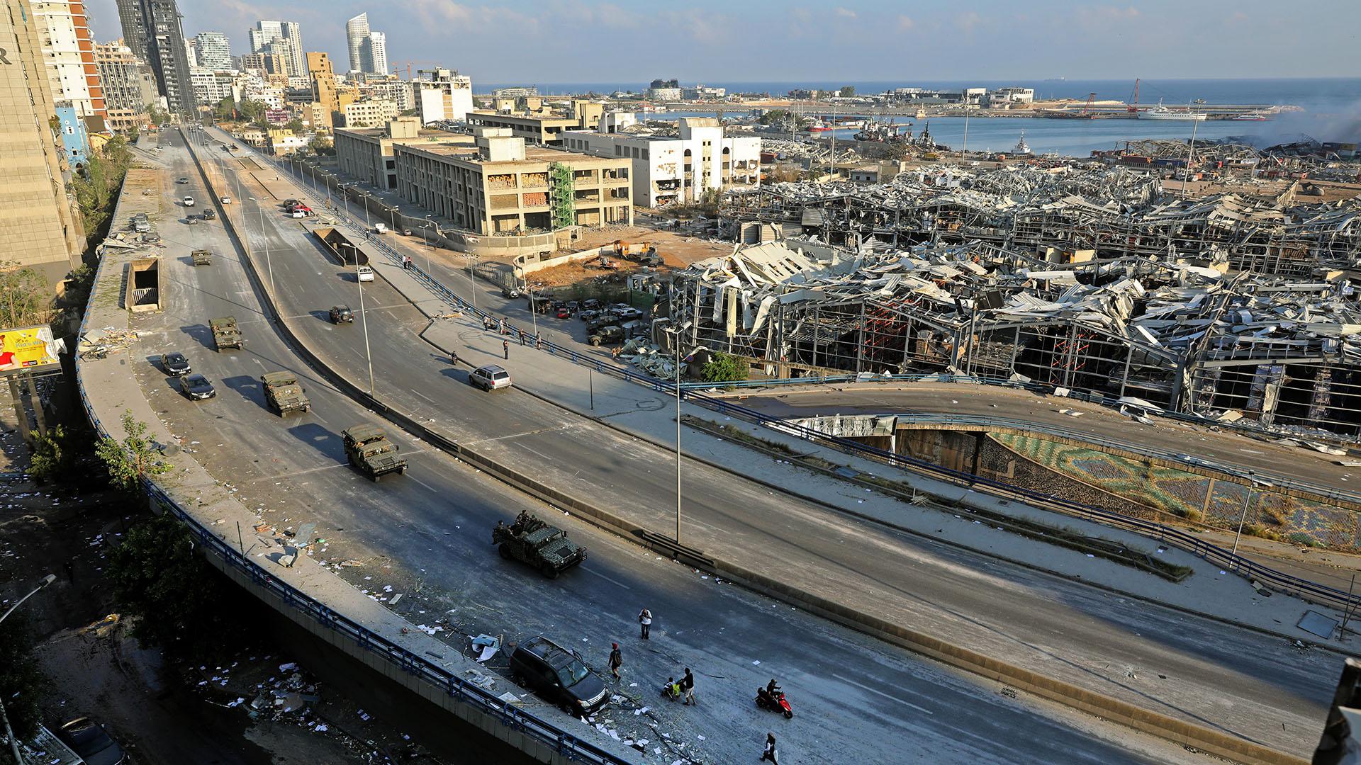 Los rescatistas trabajaron durante toda la noche después de que dos explosiones enormes arrasaron el puerto de Beirut, matando a más de 100 personas e hiriendo a miles (Foto por Anwar AMRO / AFP)