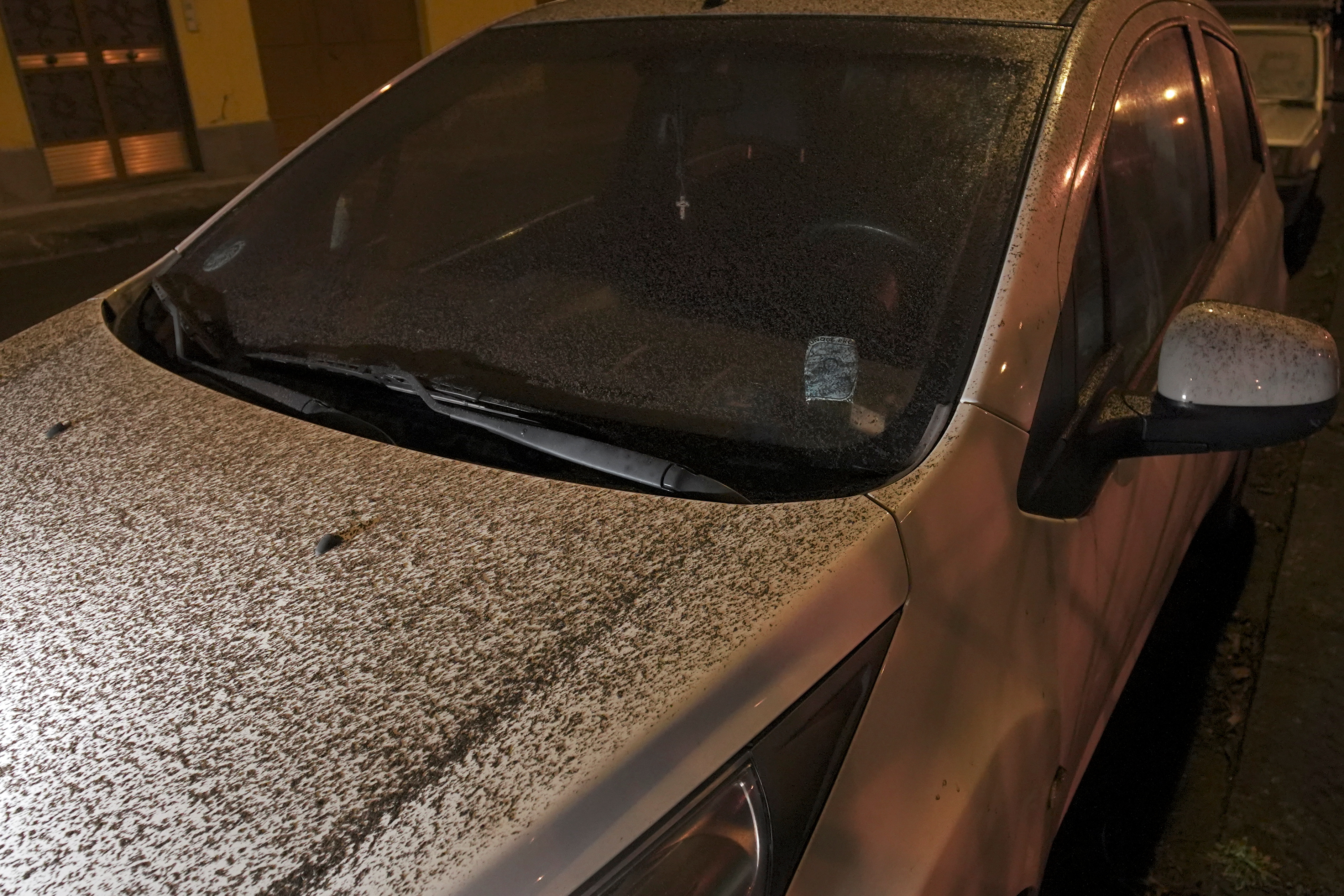 Un coche cubierto con cenizas durante la erupcion del volcan Etna en la ciudad de Fleri, Italia (Foto: Reuters/Antonio Parrinello)