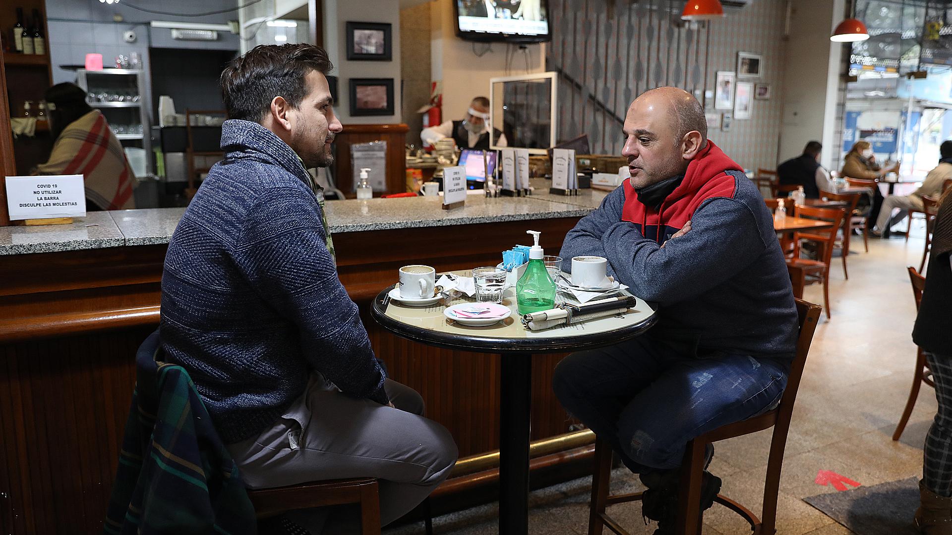 A los sobres de azúcar y servilleteros se suma el alcohol en gel: el nuevo infaltable en las mesas de todos los bares y restaurantes