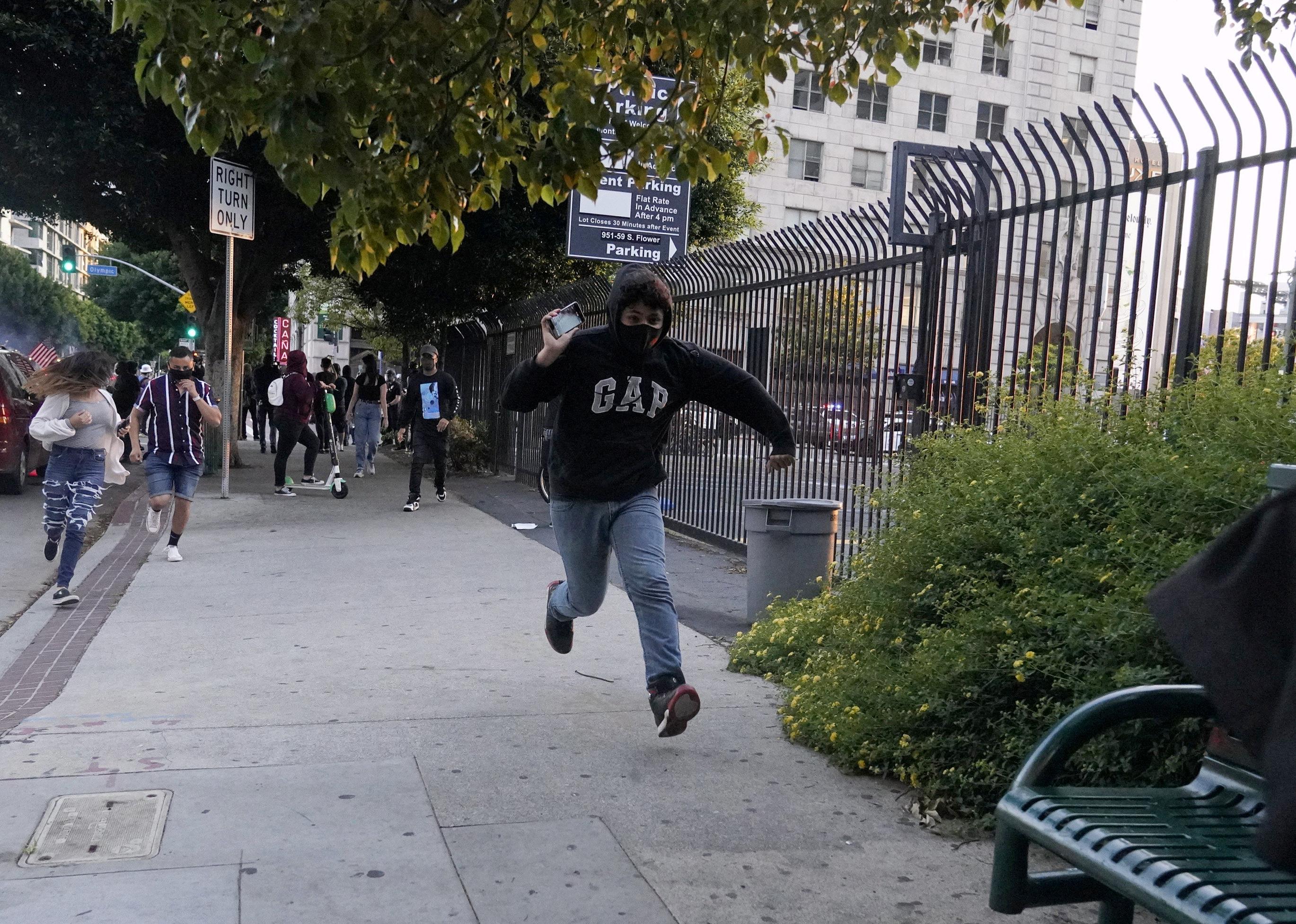 Un joven corre con un celular en Los Angeles