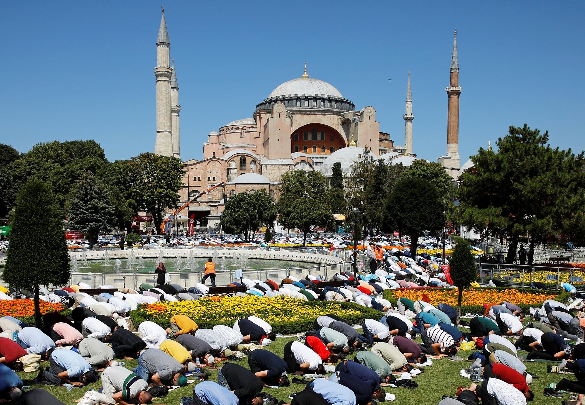 El acceso al templo de Estambul ha quedado restringido a unas 500 personalidades invitadas por el Gobierno, pero varias explanadas y avenidas alrededor del recinto se han habilitado para un rezo al aire libre, como es habitual en ocasiones similares (Reuters)