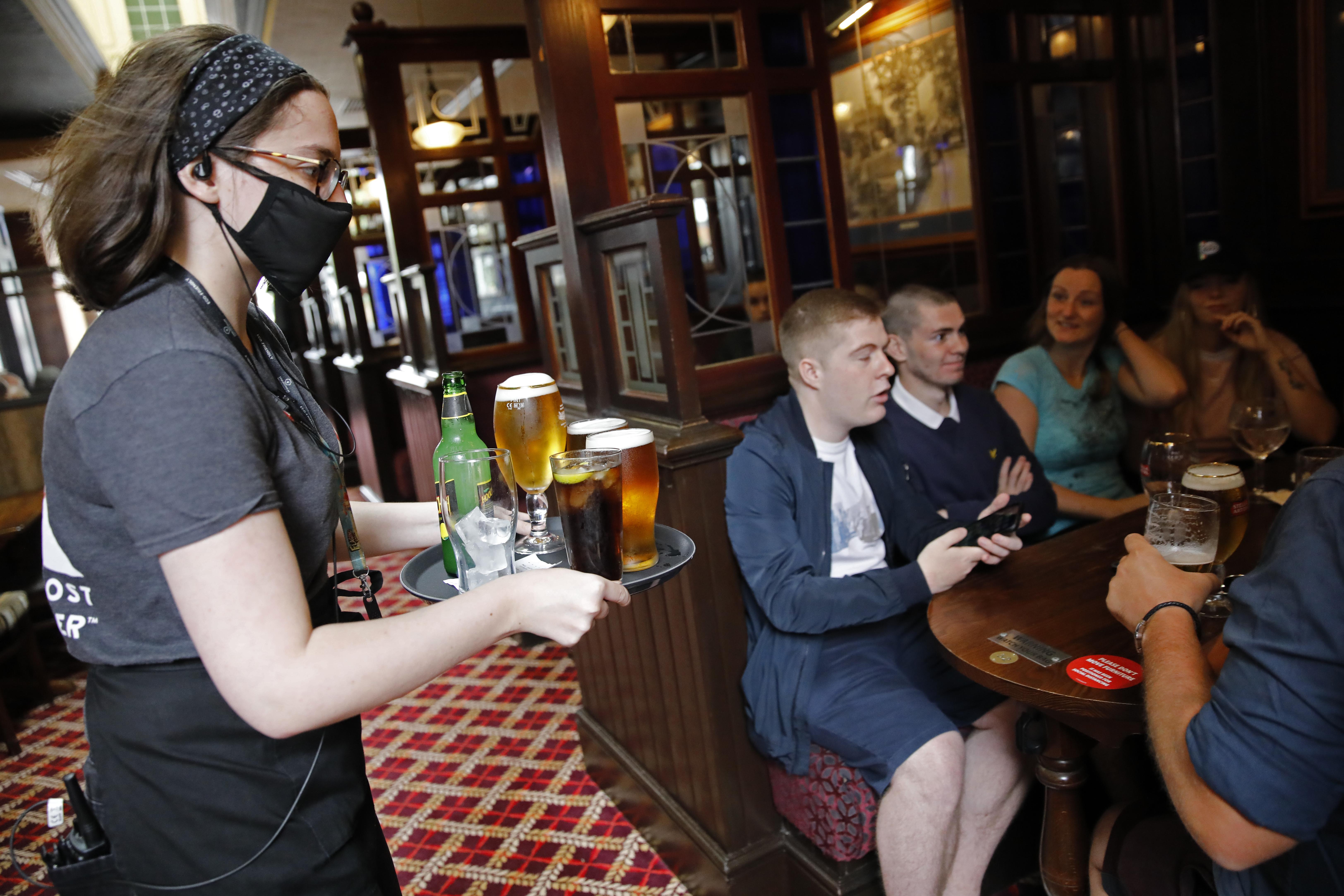 En el Reino Unido reabrieron los bares (AFP)