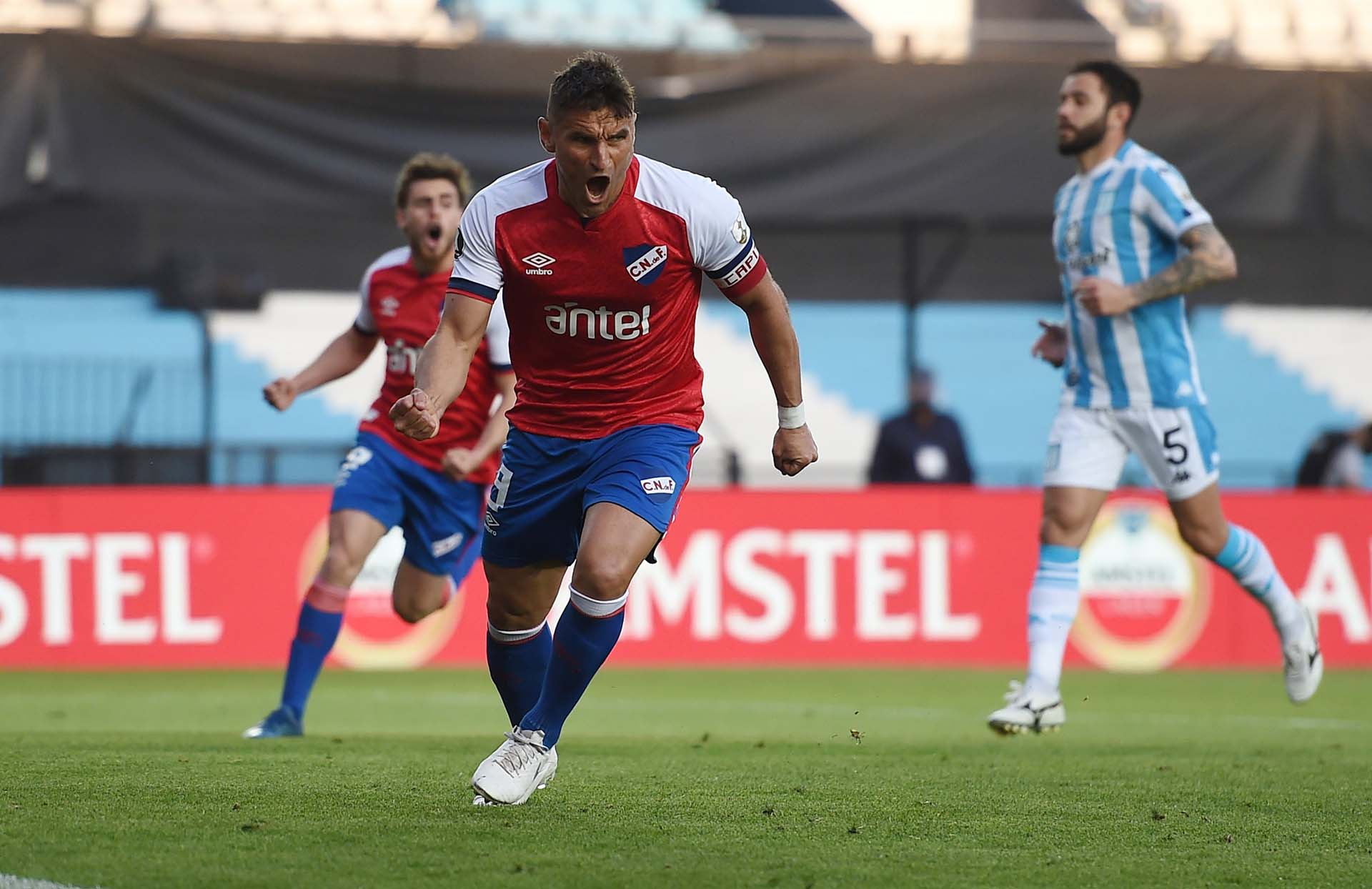 La celebración de Lavandina Bergessio: convirtió de penal el único gol en Avellaneda (REUTERS/Marcelo Endelli)