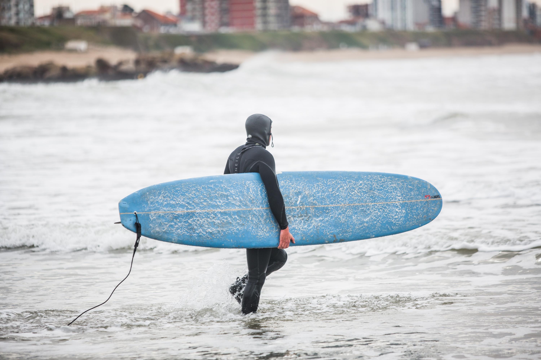 Con un grueso traje de neoprene, un surfer entra al mar. Un sueño que debió esperar más de tres meses para concretarse.