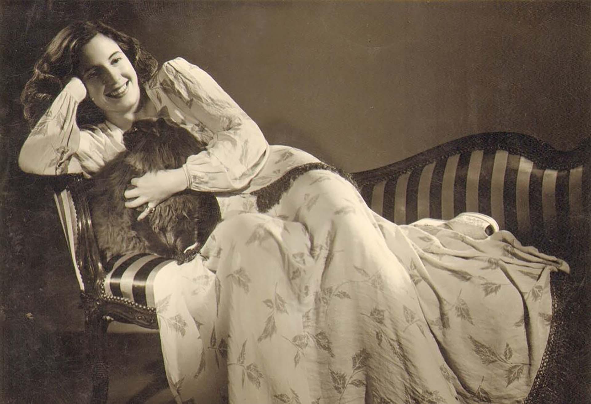 Evita en una sesión fotográfica para la gran artista de la imagen Anne Marie Heinrich, c. 1940.