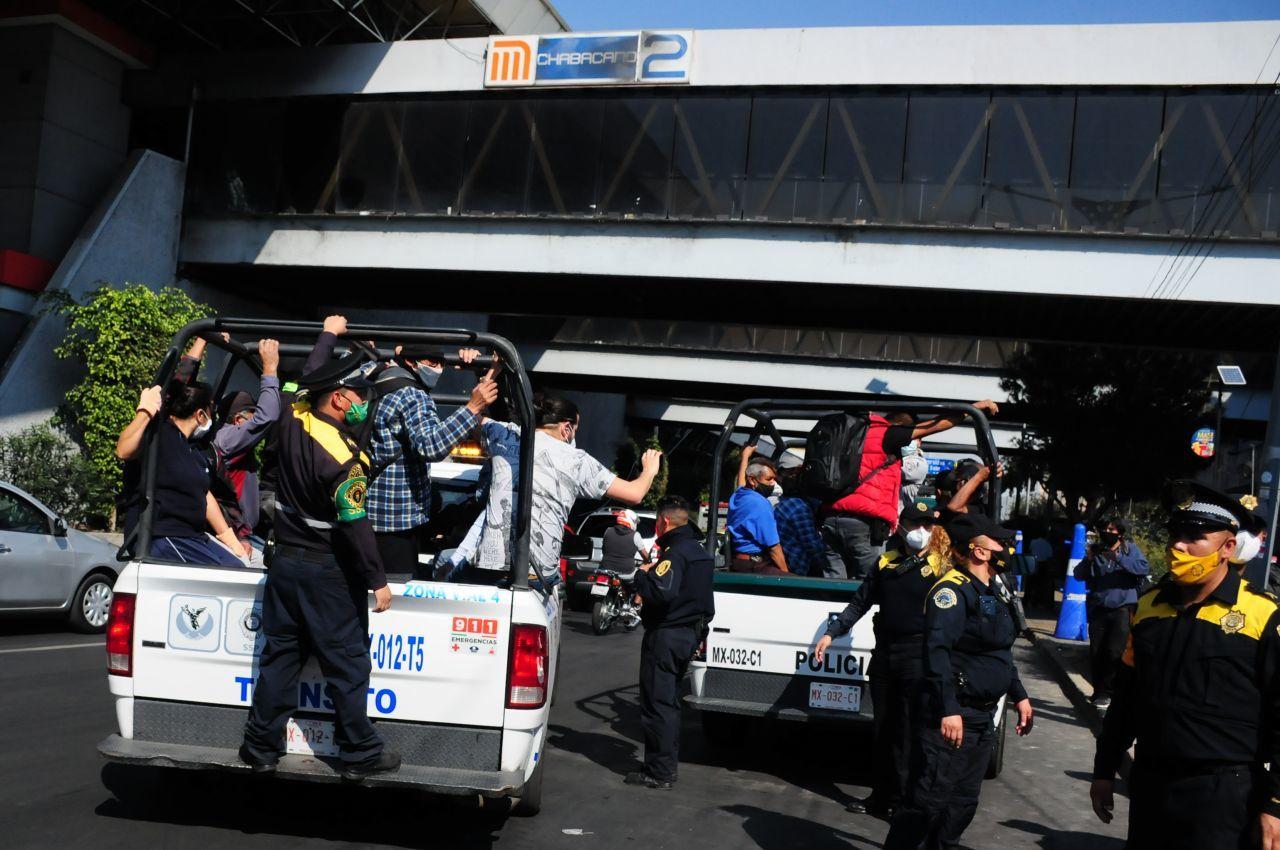 9 de enero de 2021. Ciudad de México. Derivado del incendio del Centro de Control del STC Metro, las Líneas 1,2,3,4,5 y 6 suspendieron su servicio desde temprana hora, provocado aglomeraciones de los usuarios de este transporte público, los cuales fueron apoyados por elementos de la SSC transportandolos en sus vehículos.