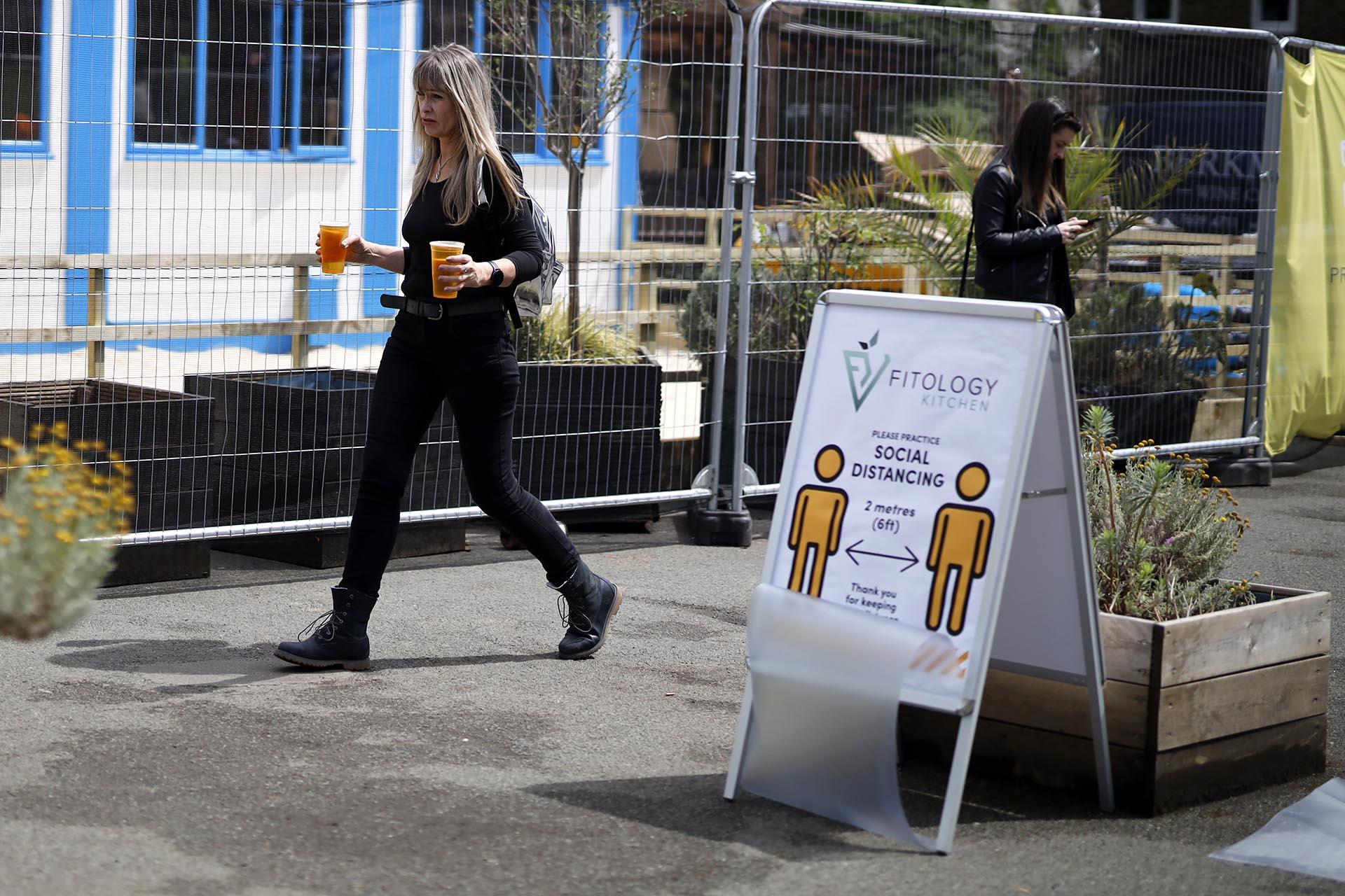Los carteles que recomiendan el distanciamiento (Tolga Akmen / AFP)
