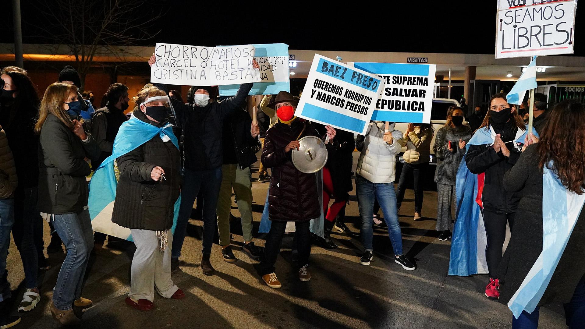 Los vehículos lograron superaron el portón después de un tercer intento, cerca de las 21, pero los manifestantes impidieron que el vehículo de Báez avanzara