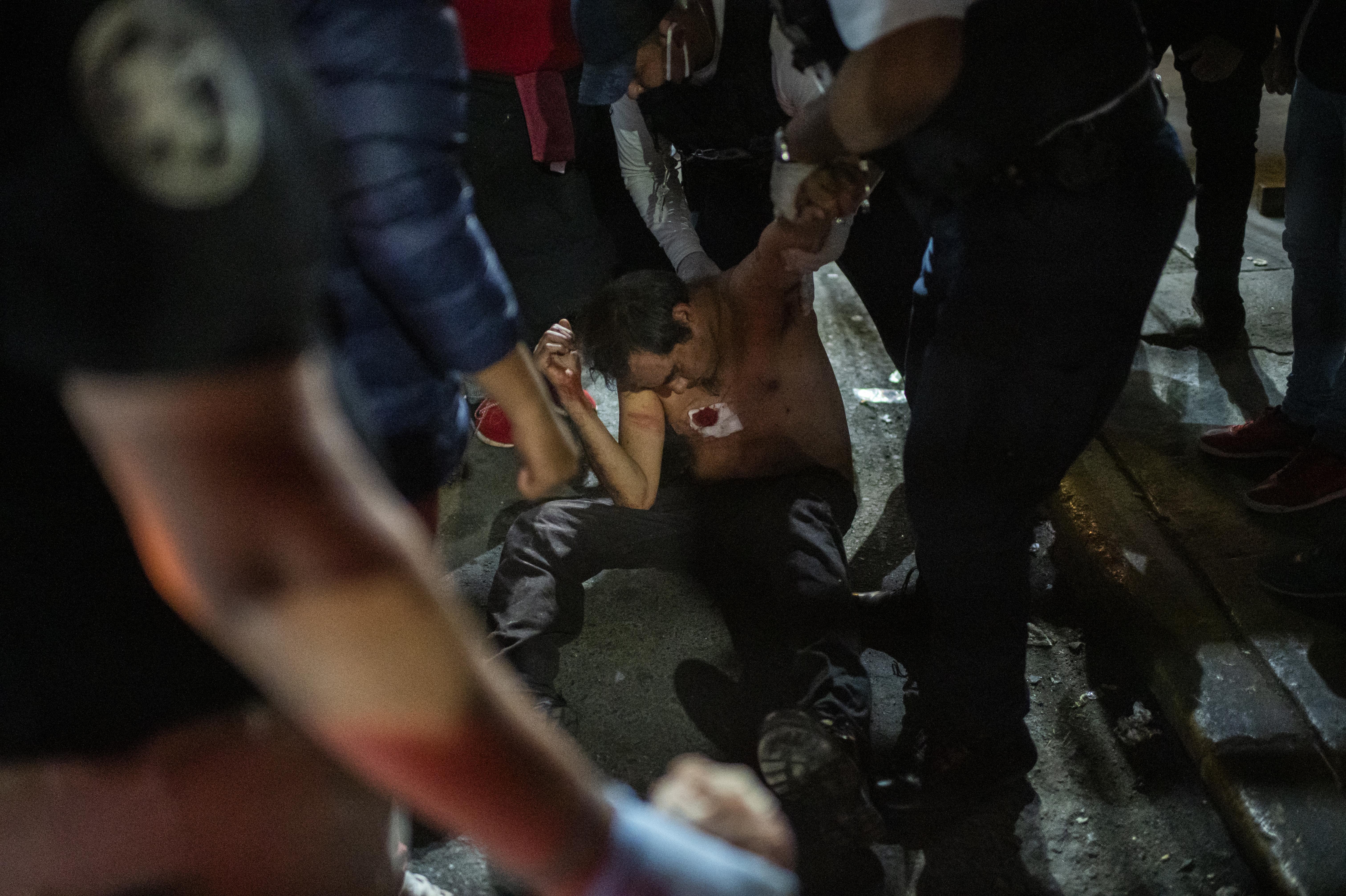 La gente golpea a un hombre acusado de atacar a su madre, en Ciudad Nezahualcóyotl, Estado de México, México, el 20 de junio de 2020, durante la nueva pandemia de coronavirus de COVID-19. (Foto por Pedro PARDO / AFP)