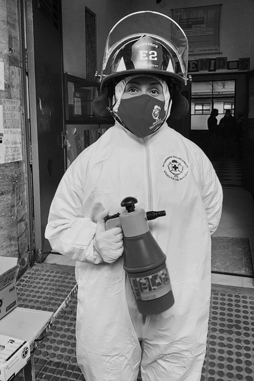 Carmen Arriola, es bombera voluntaria tiene cinco hijos y su tarea es desinfectar a pacientes que van a someterse al hisopado para descartar contagio de Covid-19 (Gabriel Rocca)
