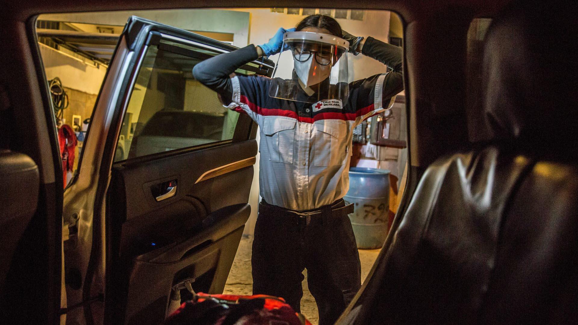 Una mujer paramédico se prepara para entrar a un domicilio particular donde se encuentra una persona que presenta síntomas de COVID-19 (Foto: Cuartoscuro/Omar Martínez)