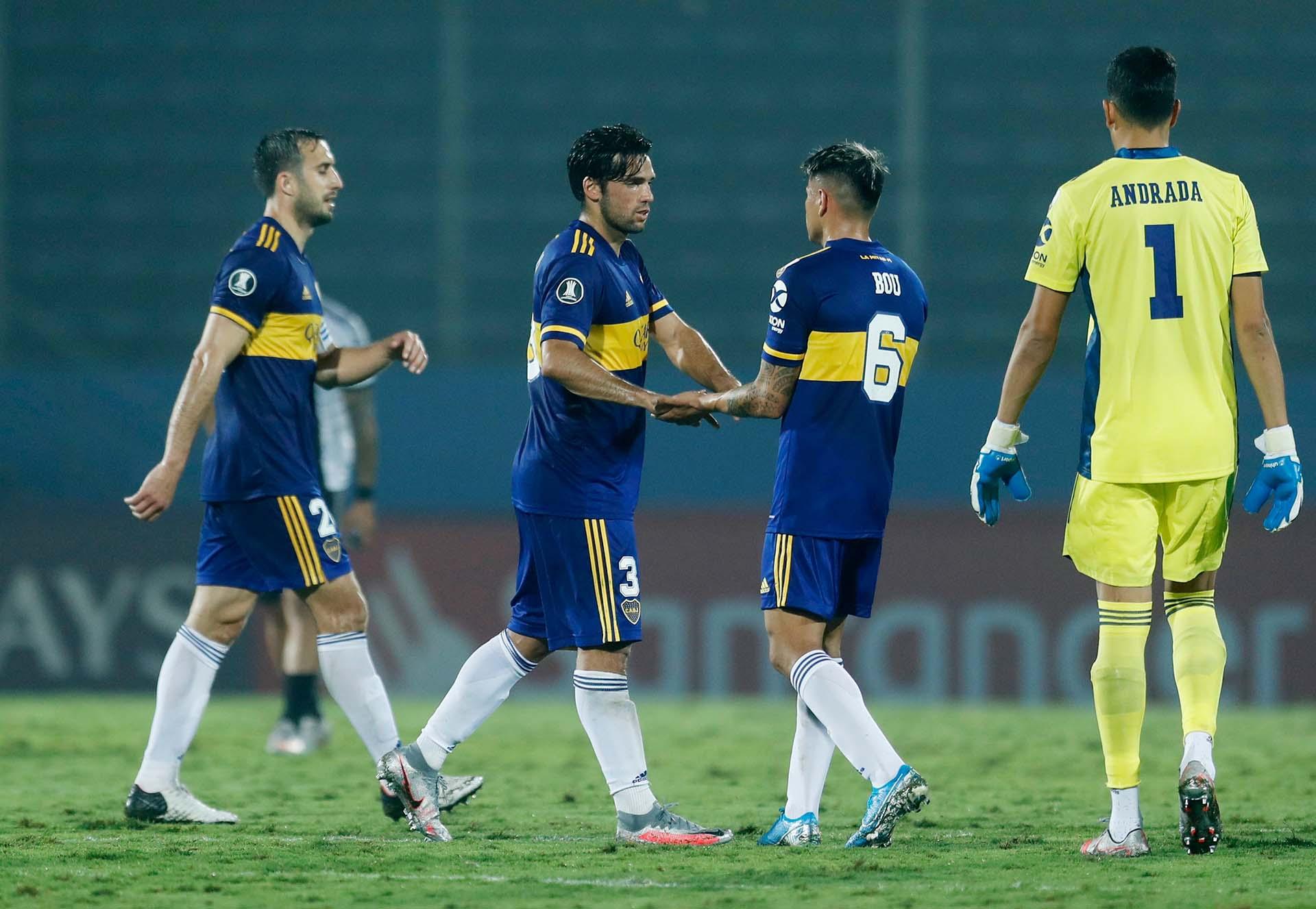 El saludo entre Mas y Bou después del gran triunfo de Boca en Asunción (REUTERS/Jorge Saenz)