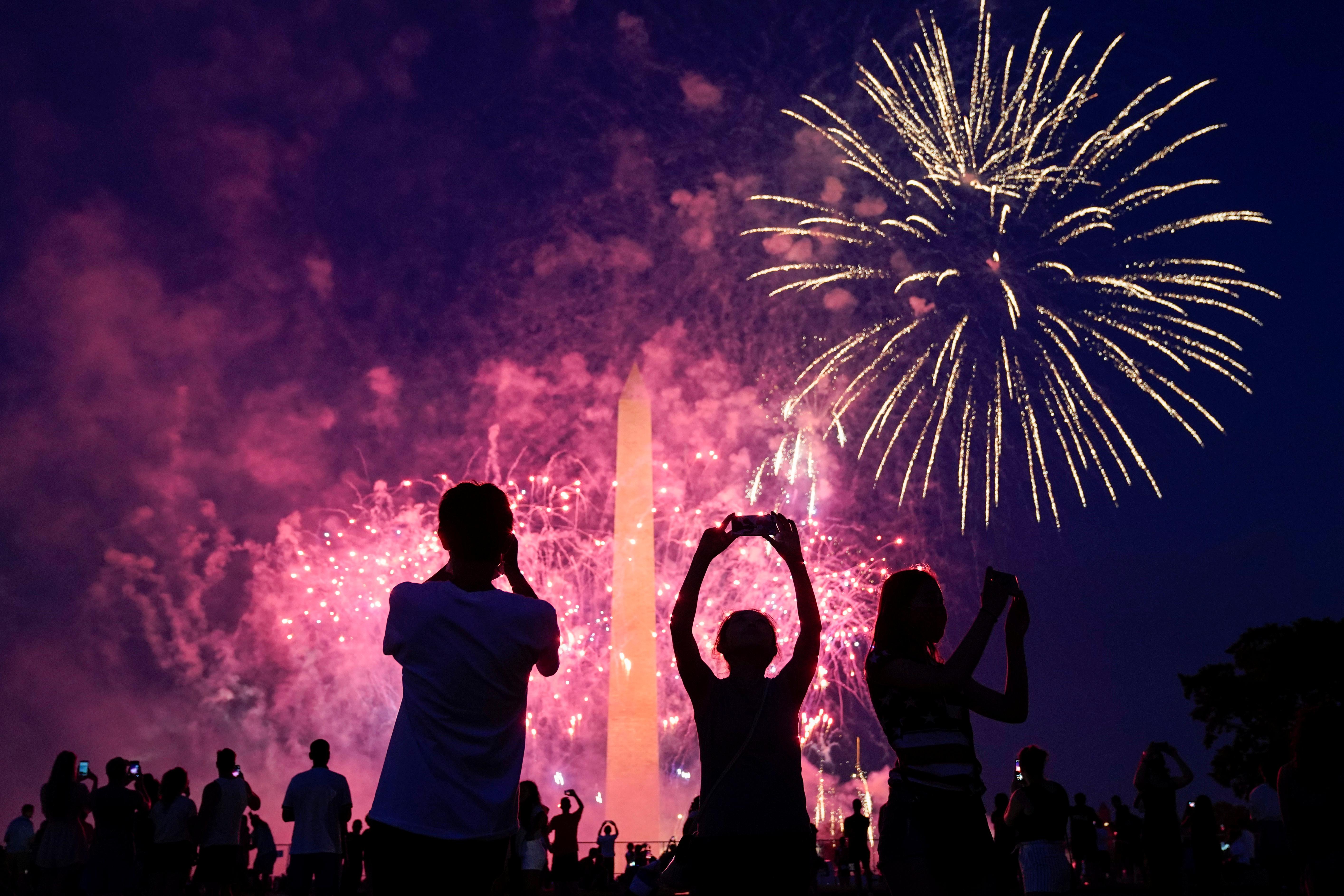 Personas se reúnen en Washington para conmemorar el día de la independencia
