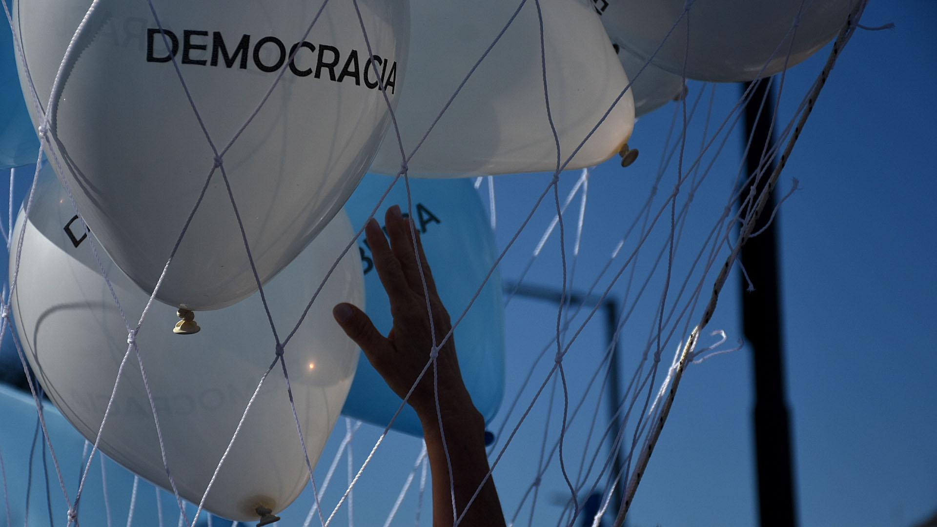 """El desplazamiento de los tres jueces que investigaban a Cristina Kirchner, el endurecimiento del cepo al dólar y """"en defensa de la República"""