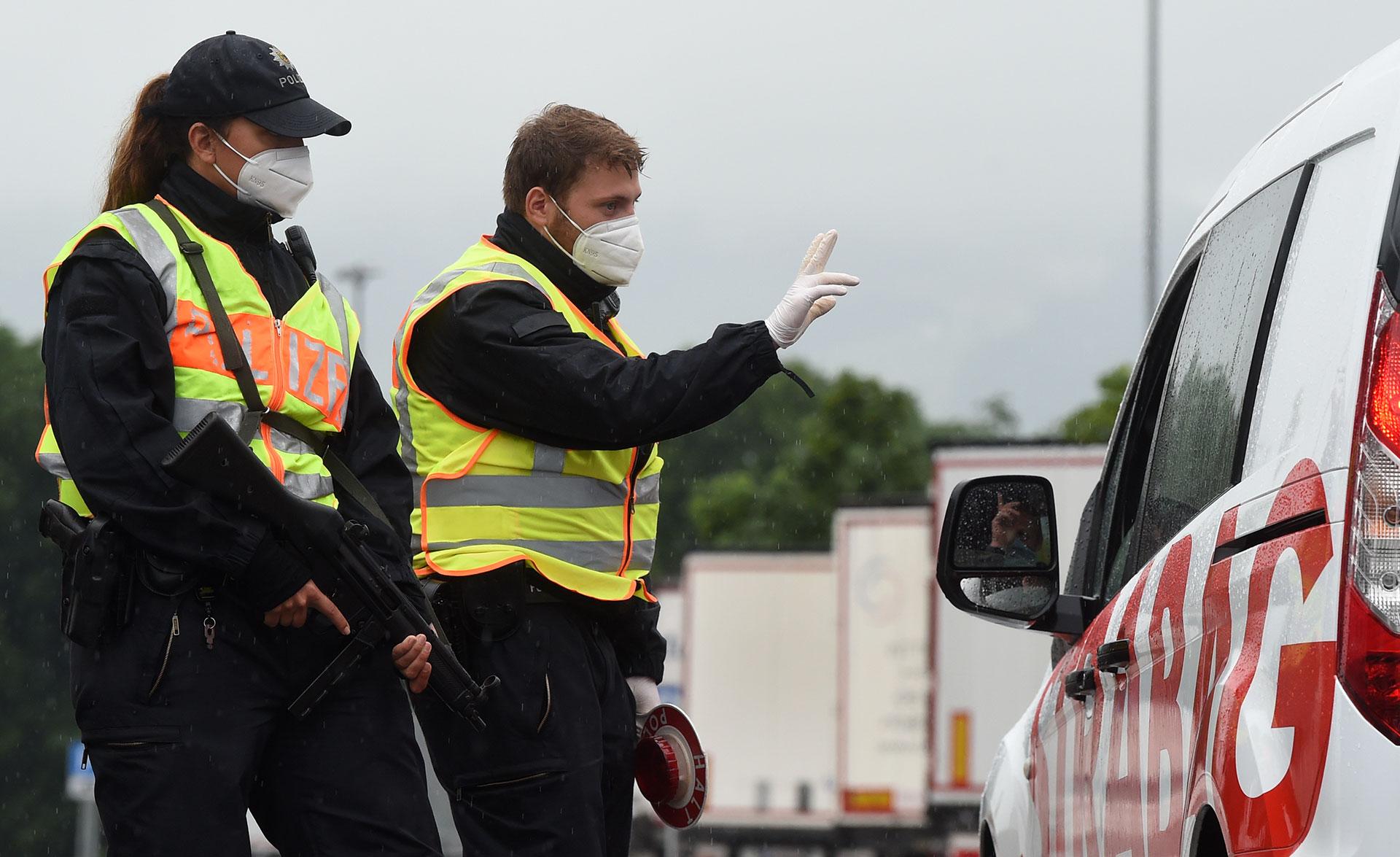 Un oficial de la policía alemana controla un automovil en el puesto fronterizo entre Alemania y Austria.