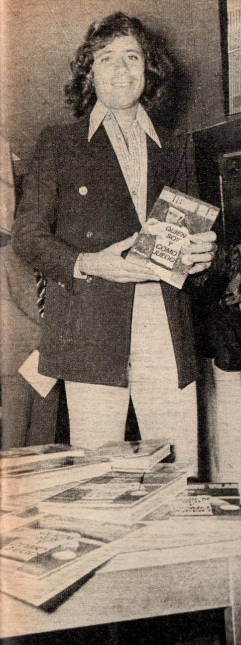 Guillermo Vilas con su libro en mano, año 1976 (Foto: Archivo de El Gráfico de Maximiliano Roldán)