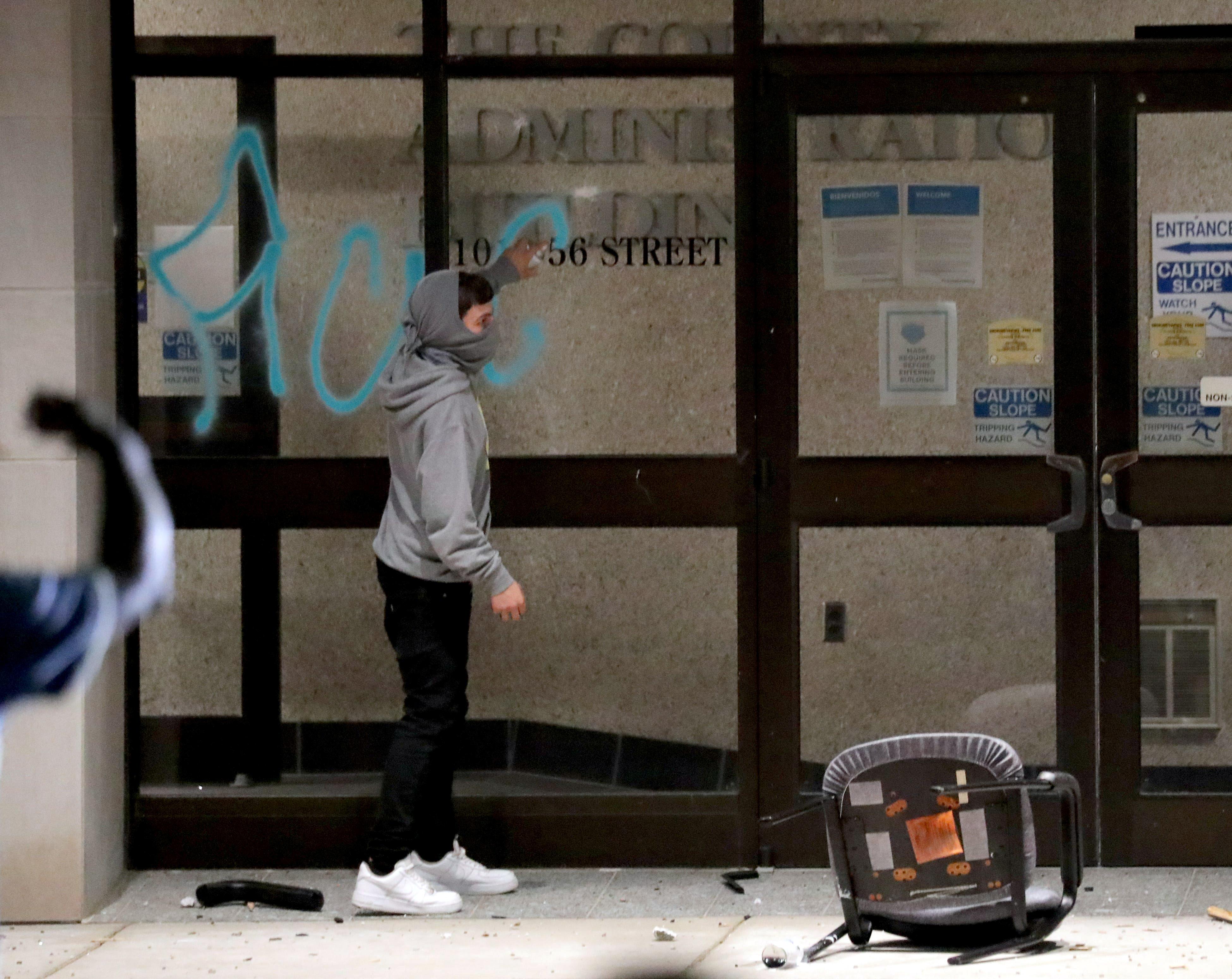 Un manifestante deja una inscripción en el edificio de la administración del condado de Kenosha (Mike De Sisti/Milwaukee Journal Sentinel via USA TODAY via REUTERS)