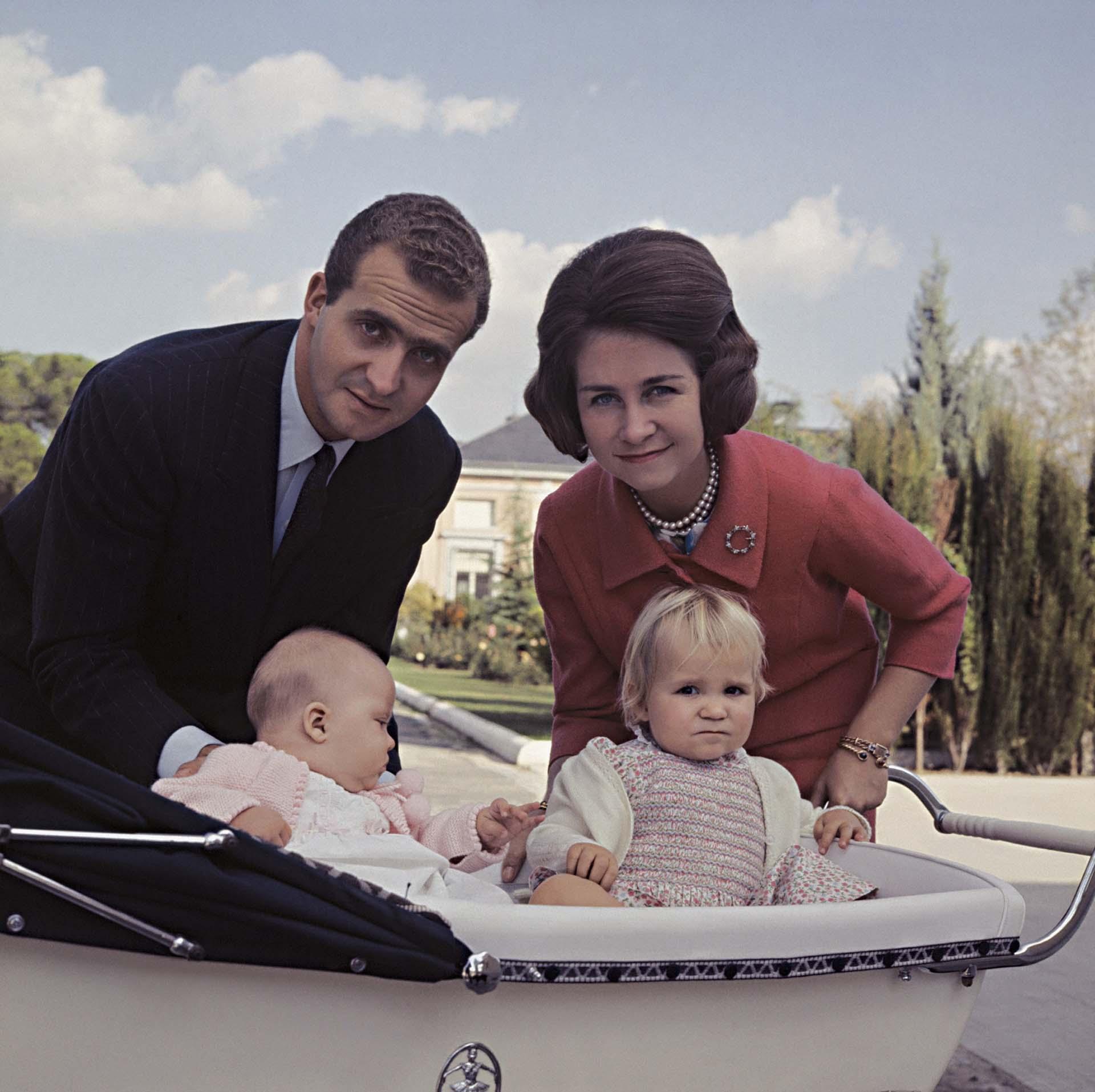 Rey (Príncipe) Juan Carlos, Reina (Princesa) Sofía y sus hijas Cristina y Elena en el Palacio de la Zarzuela, Madrid, España (Shutterstock)