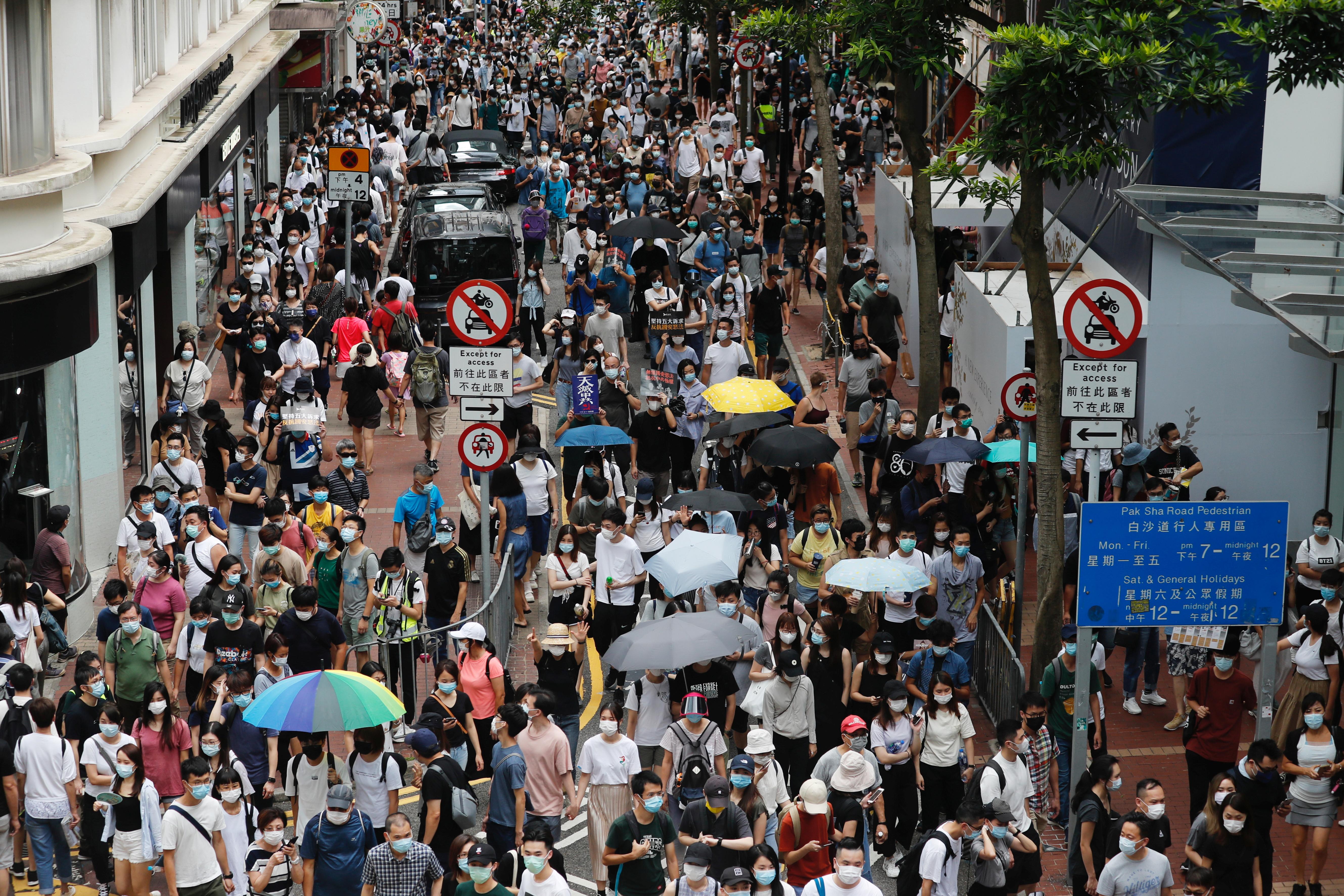 Pese a la numerosa presencia policial y a que las principales calles fueron acordonadas, muchos manifestantes desoyeron la orden policial y salieron a protestar, tal y como habían solicitado usuarios de los foros en internet del movimiento prodemocrático hongkonés