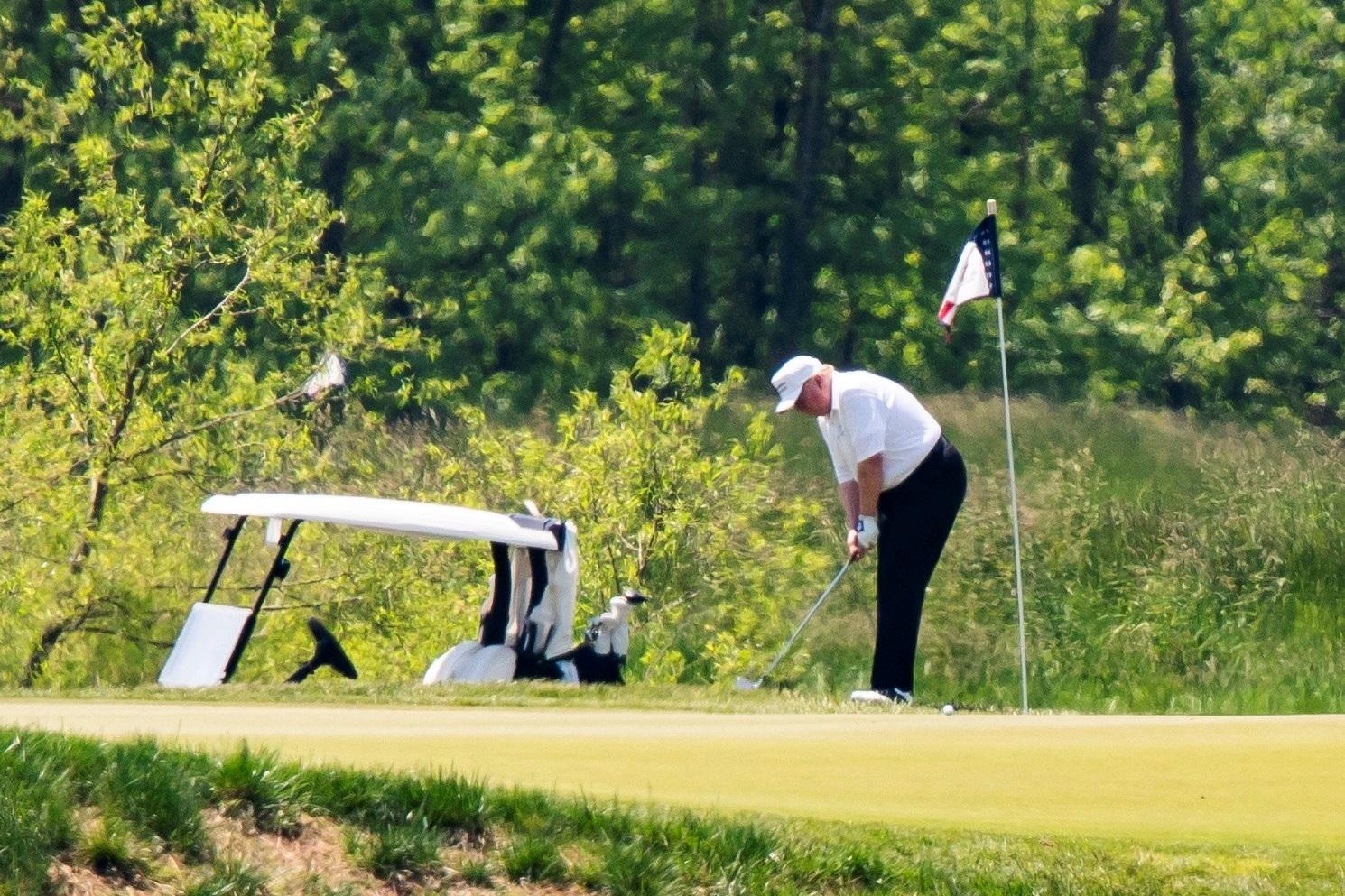 Entre los que tomaron sol y disfrutaron de la naturaleza el sábado estuvo el presidente Donald Trump, a quien se vio jugando golf en su club deportivo en el norte de Virginia, en su primera salida desde que la Casa Blanca declaró una emergencia nacional por la epidemia de coronavirus en marzo