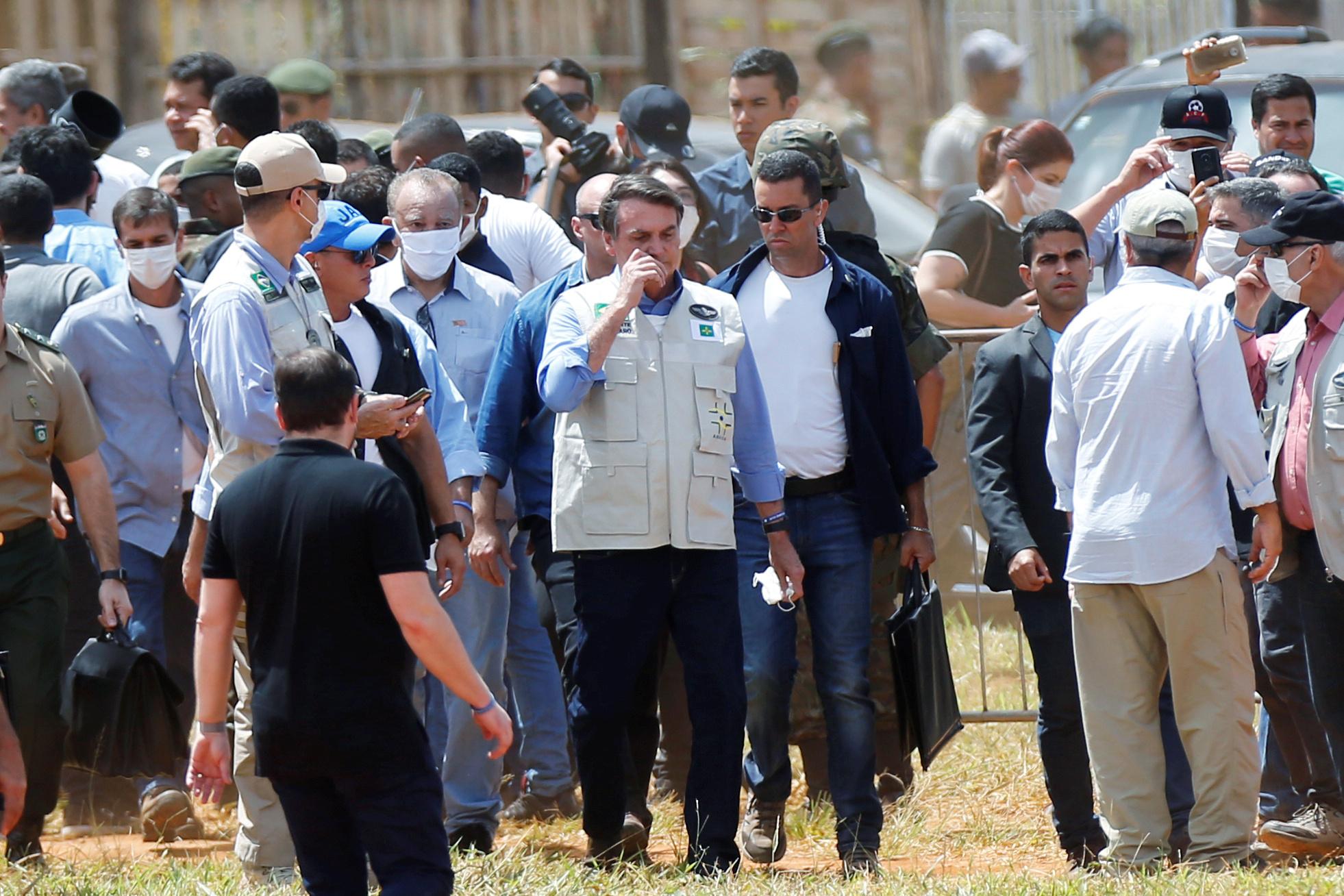 Bolsonaro visitando un hospital provisorio en Aguas Lindas, Goias, sin máscara facial, durante el brote de coronavirus en Brasil REUTERS/Adriano Machado