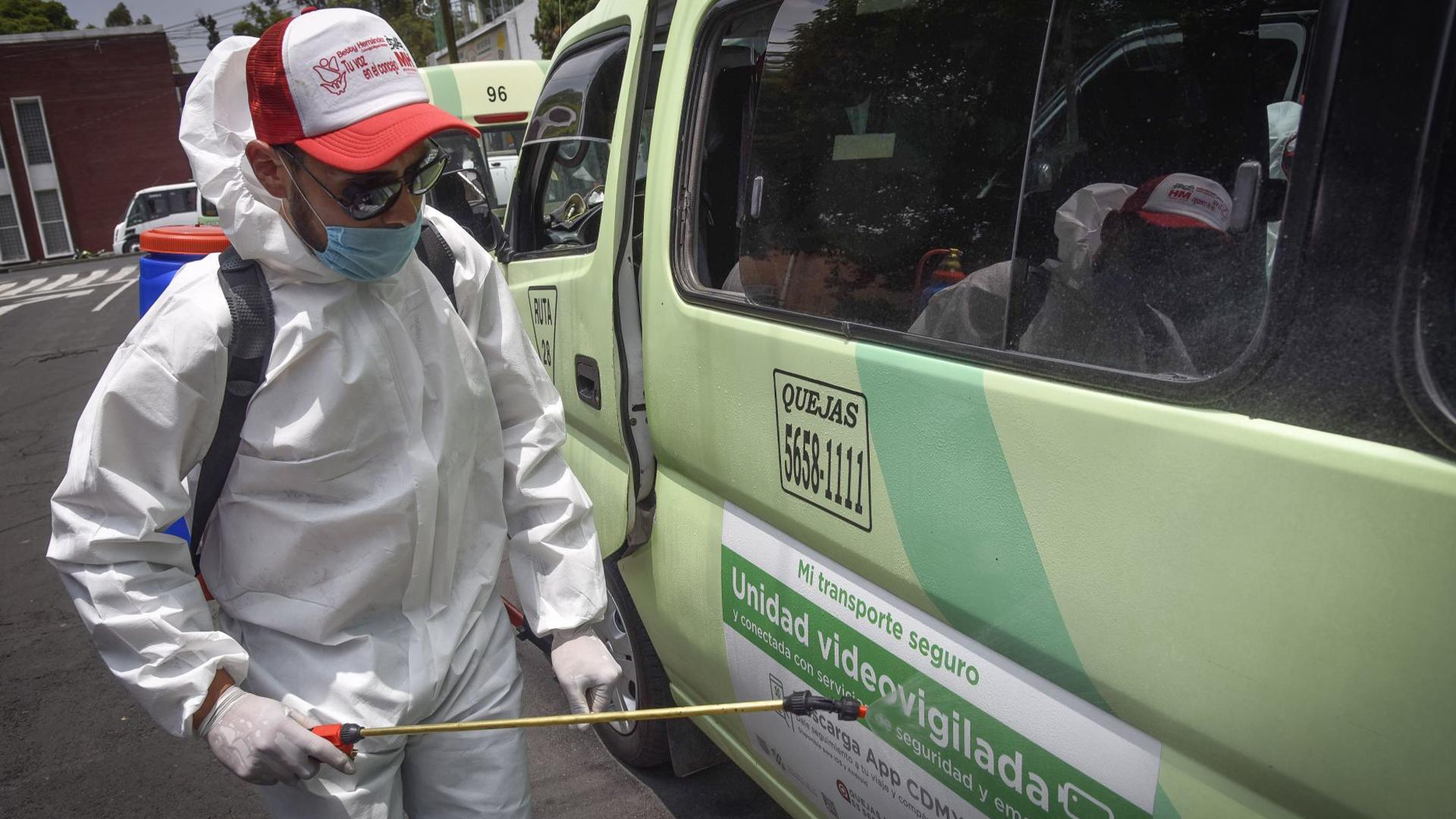 Los trabajadores de la delegación rocían una solución sanitizante para desinfectar espacios y superficies, esto en el marco de la emergencia sanitaria (Foto: Cuartoscuro)