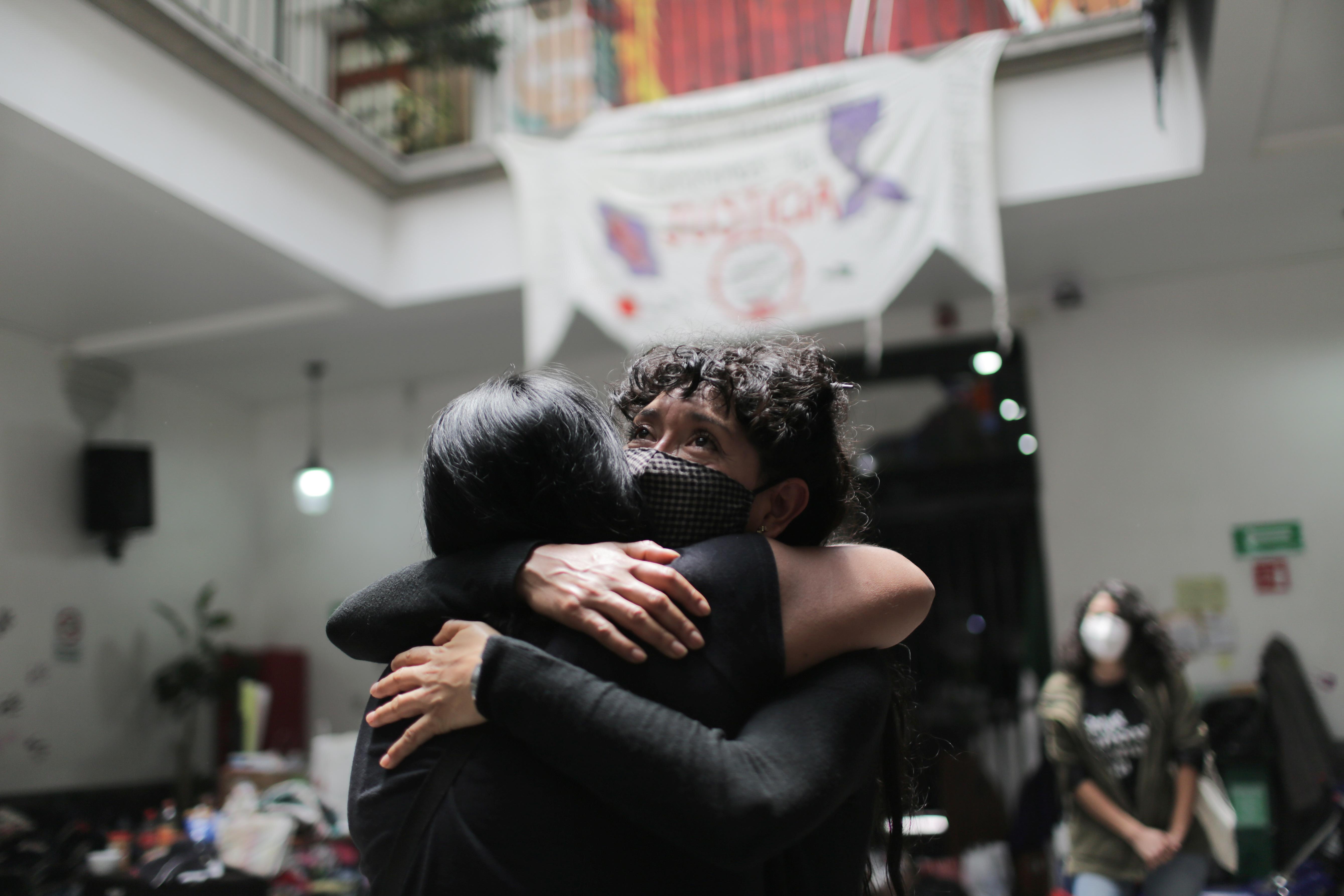 Erika Martinez y Araceli Osorio, madres de víctimas de violencia de género, se abrazan dentro de las instalaciones del edificio de la Comisión Nacional de Derechos Humanos, en apoyo a las víctimas de violencia de género, en la Ciudad de México, México, 10 de septiembre de 2020. Fotografía tomada el 10 de septiembre de 2020.