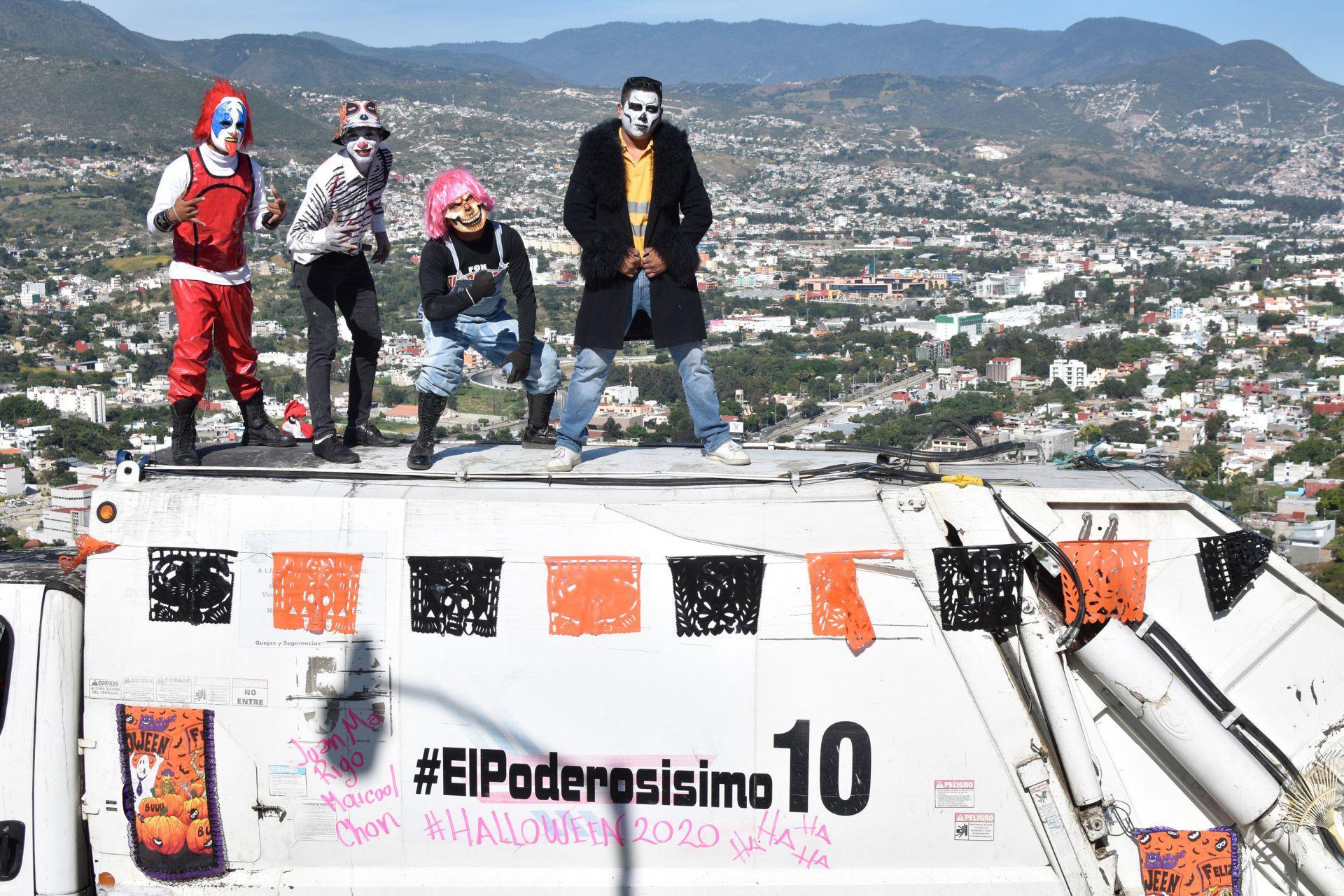 Chilpancingo, Guerrero, México. 1 de noviembre de 2020. Para hacer más amena su jornada laboral de esta temporada de Halloween y Día de Muerto, los trabajadores de Servicios Públicos que operan el camión conocido como 'El Poderosísimo 10', estrellas de redes sociales, optaron por hacerlo disfrazados.
