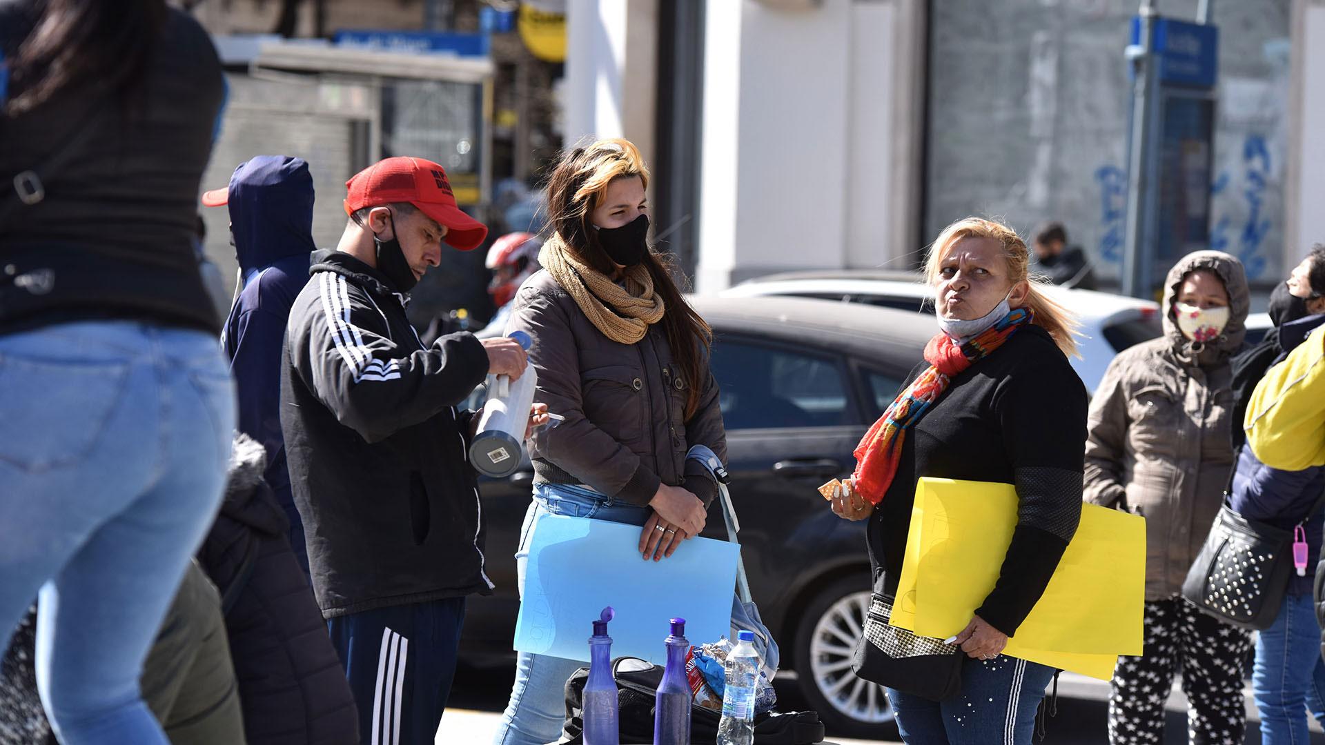 En muchos casos las personas que participaron de la protesta no utilizaron barbijos y compartieron bebidas