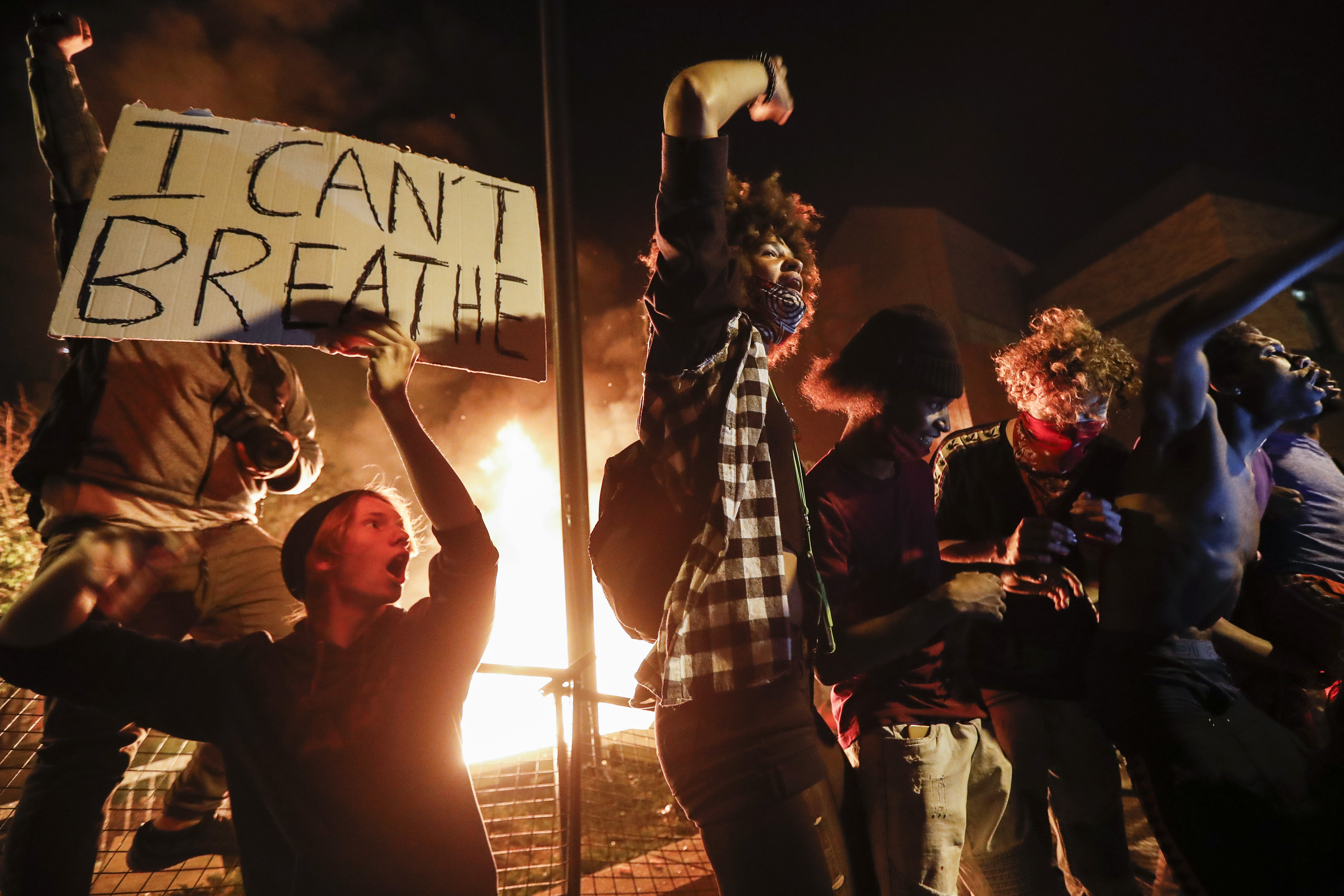 Manifestantes en las afueras de la 3ª Comisaría de Policía de Minneapolis, el jueves 28 de mayo de 2020, en Minneapolis (Foto AP/John Minchillo)