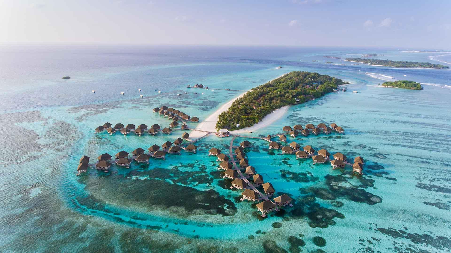 Según datos del Banco Mundial, Maldivas, una pequeña nación insular en el Océano Índico, obtiene el 38,92% de su PIB del turismo. Planea reabrir a los turistas en julio y ha abandonado los planes de cobrar a los turistas tarifas adicionales por visas y pruebas