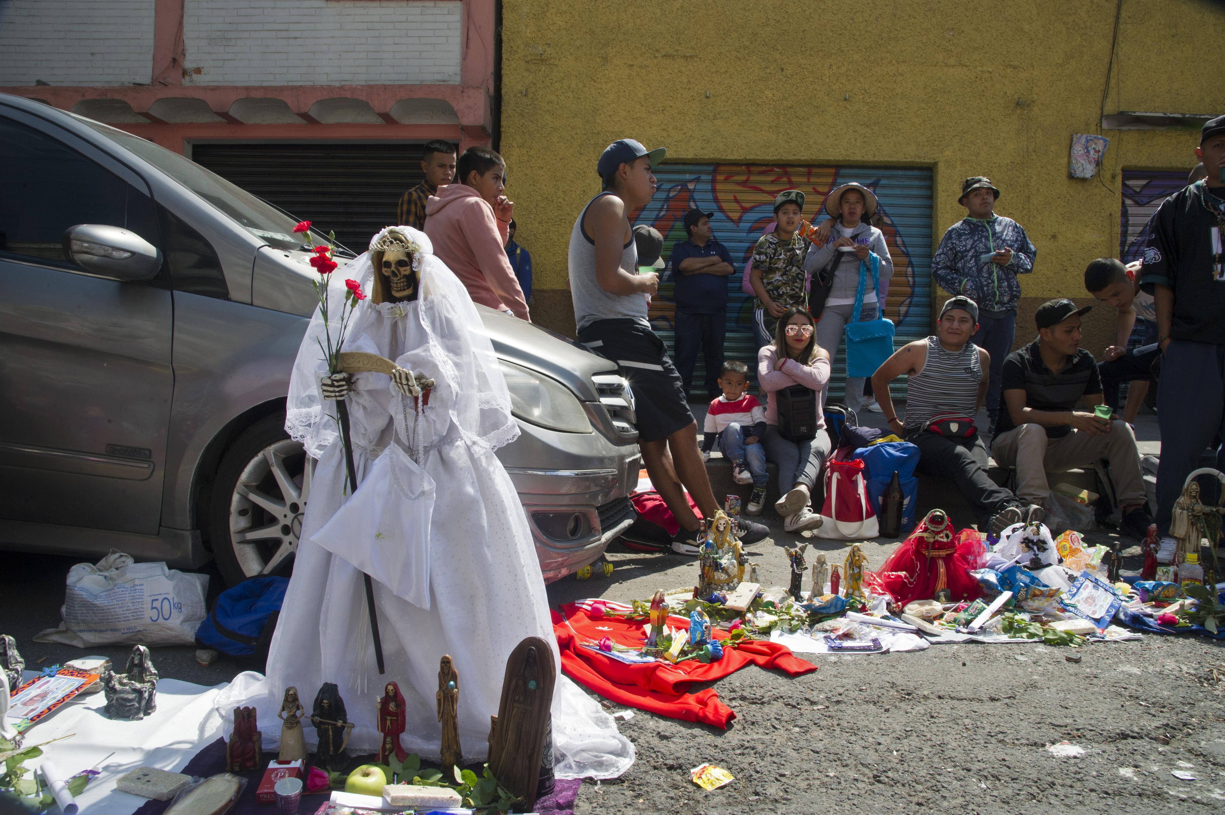 Figuras de Santa Muerte colocada por los devotos junto a su santuario en la calle Alfarería, en el barrio de Tepito de la Ciudad de México, el 1 de octubre de 2020