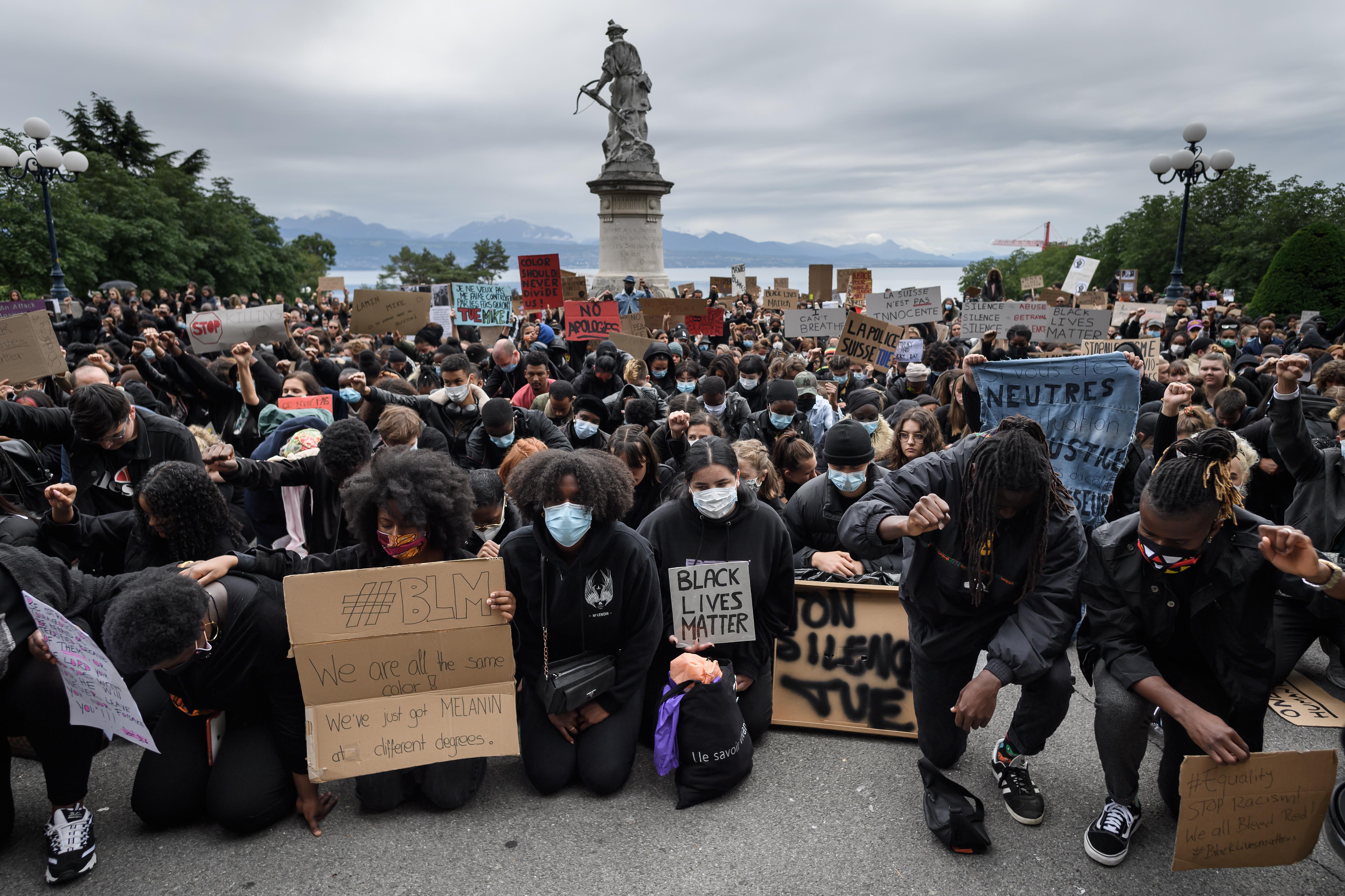 Manifestantes se arrodillan en Lausana (Suiza) contra el racismo y la brutalidad policial
