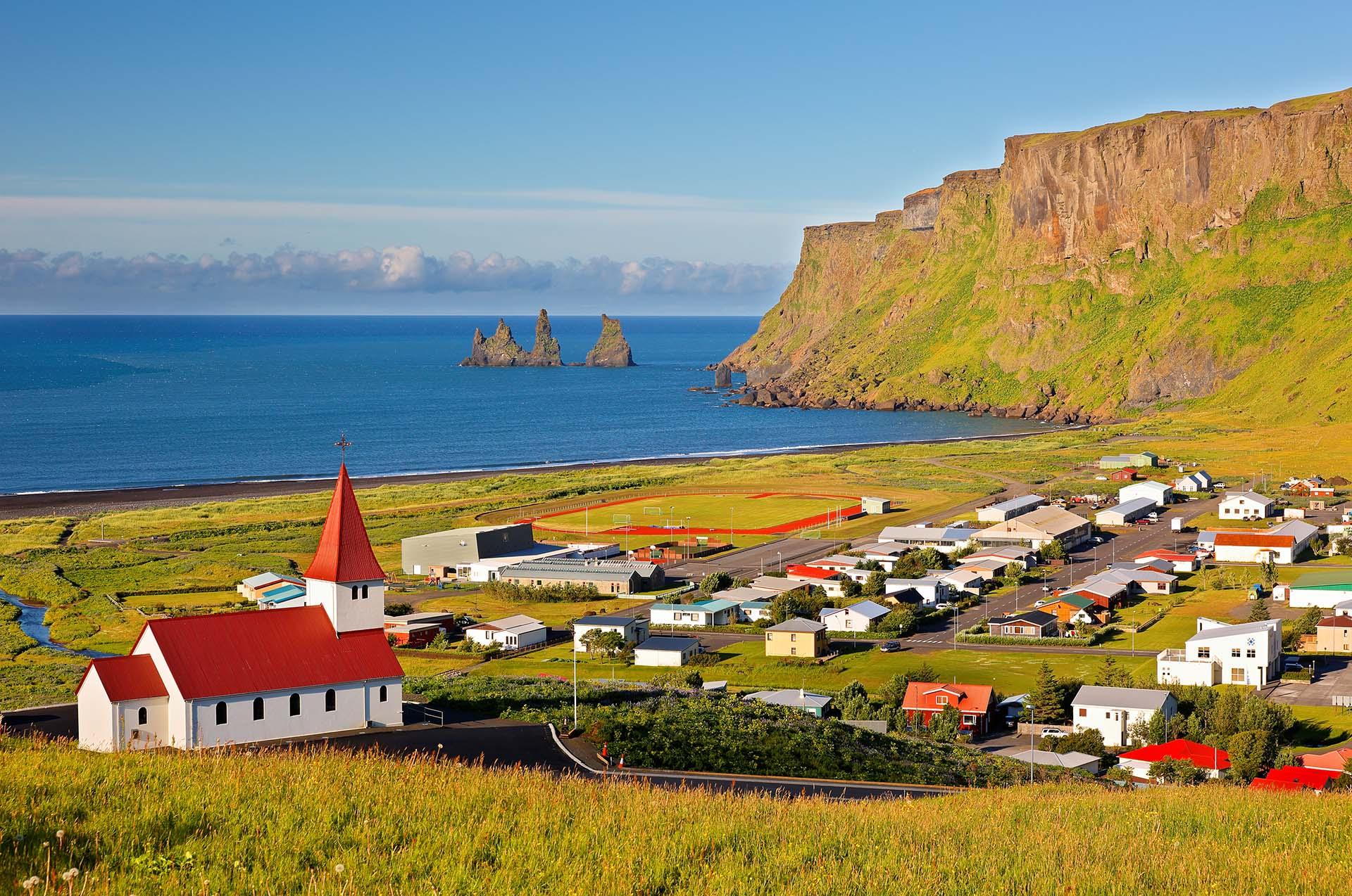 Islandia tiene el récord de la isla volcánica más grande del mundo. El país en sí está realmente expuesto al fondo del océano, formado por erupciones volcánicas a lo largo de la cordillera del Atlántico medio. La cresta es una grieta en el fondo del océano, resultado de las placas tectónicas de América del Norte y Eurasia
