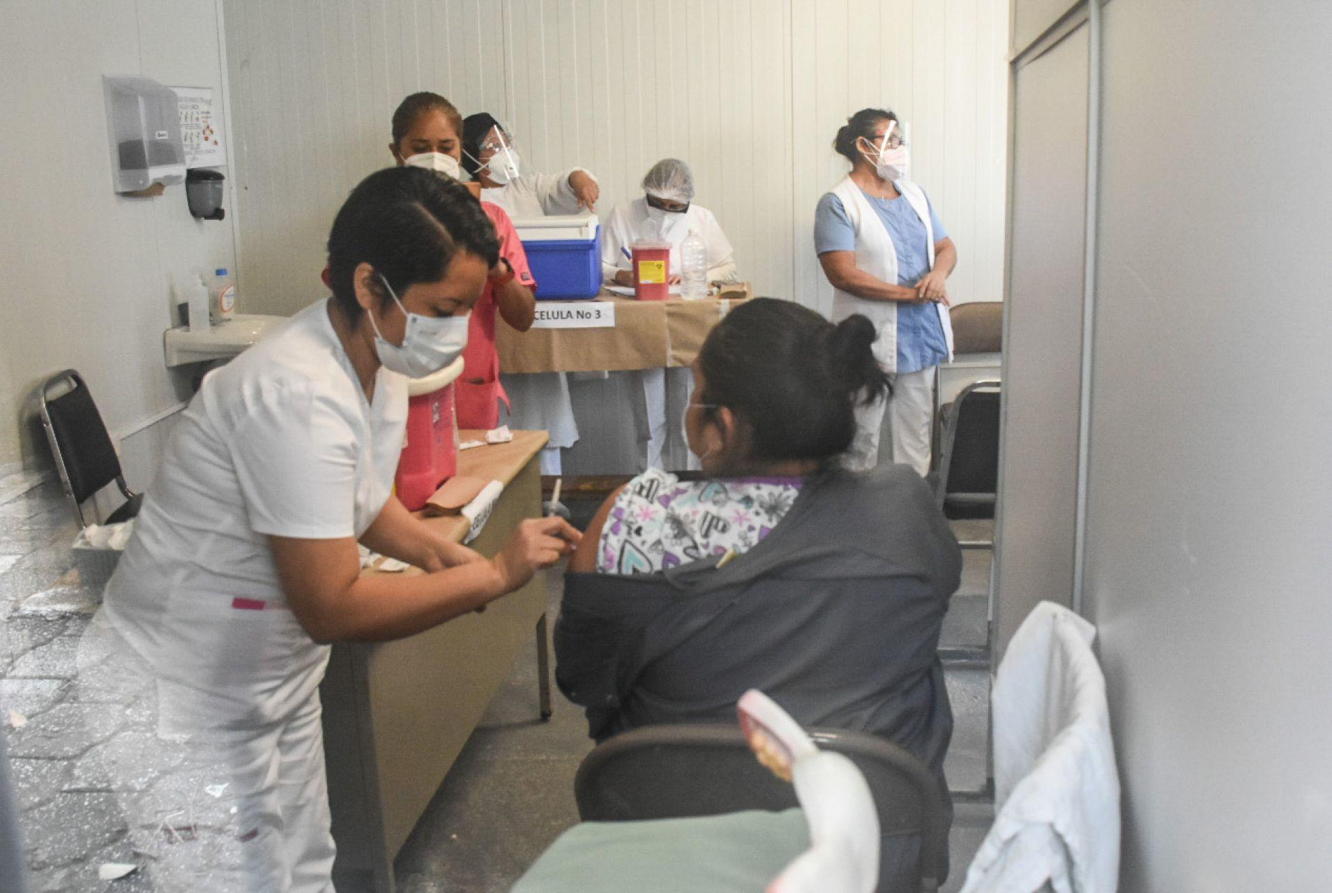 CANCÚN, QUINTANA ROO, 13ENERO2021.- Personal del ISSSTE recibieron la vacuna contra el Covid-19, el día de ayer recibieron 7,500 dosis para el personal que está en primera línea en la atención a pacientes con este padecimiento. Cancún, México. 13 de enero de 2021.