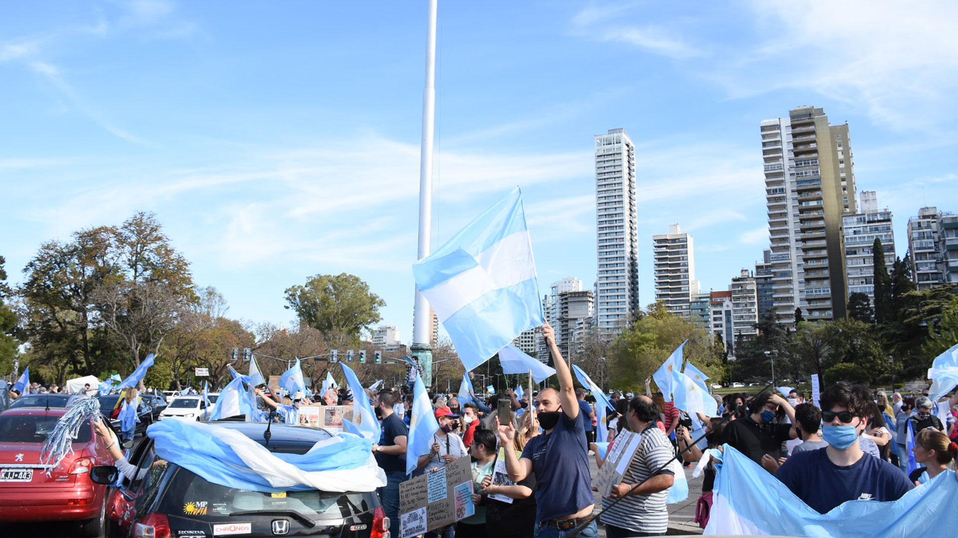 En Rosario los manifestantes se reunieron en el Monumento a la Bandera (Leo Galletto)