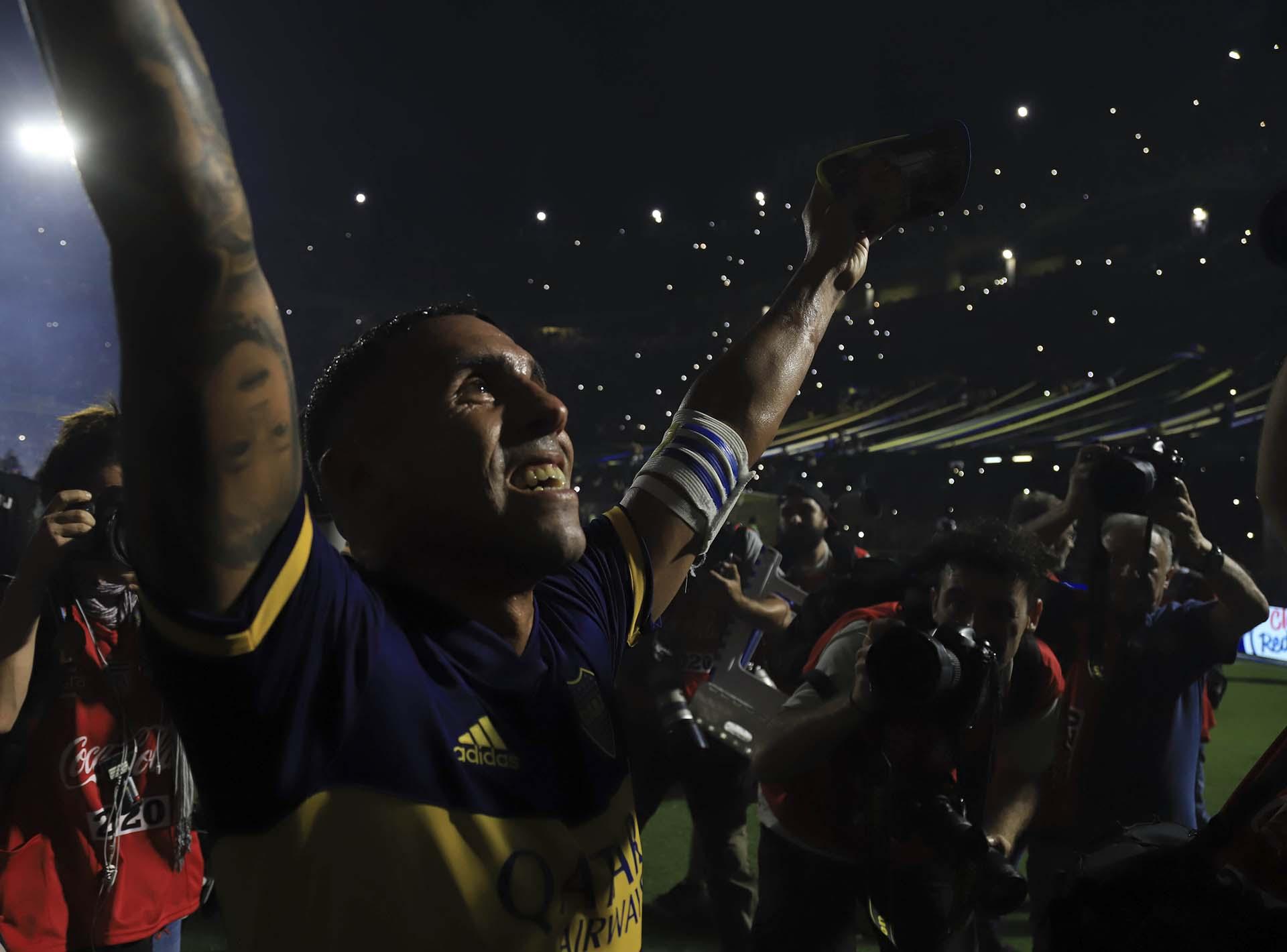 La felicidad de Carlitos Tevez: Boca se coronó campeón de la Superliga, al imponerse por 1 a 0 sobre Gimnasia y Esgrima La Plata, en la Bombonera, arrebatándole el título a River, que empató con Atlético Tucumán como visitante