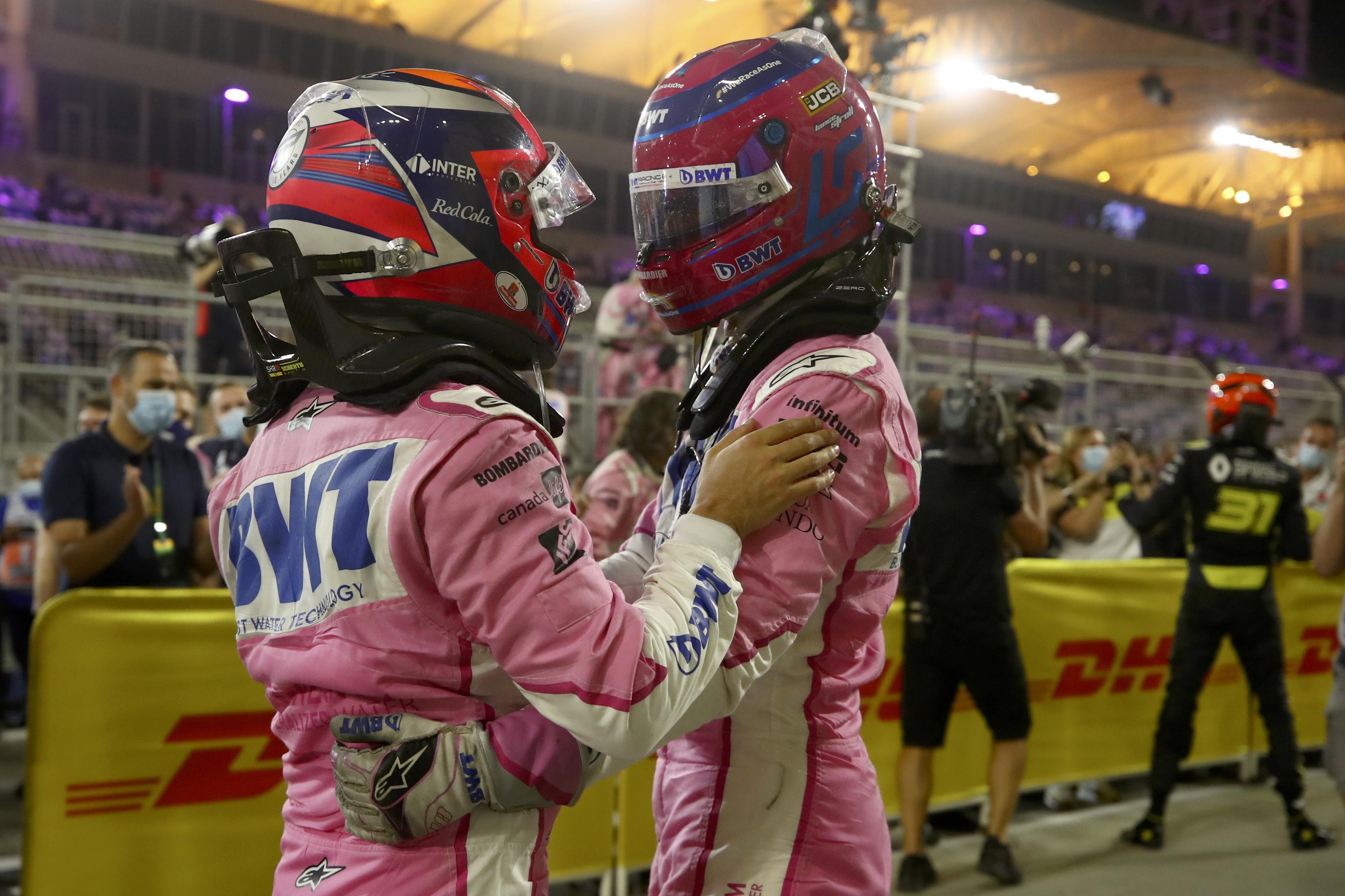 El piloto de Racing Point Sergio Pérez de México, a la izquierda, celebra con su compañero de equipo Lance Stroll de Canadá después de ganar el Gran Premio de Fórmula Uno en Sakhir, Baréin el domingo 6 de diciembre de 2020.