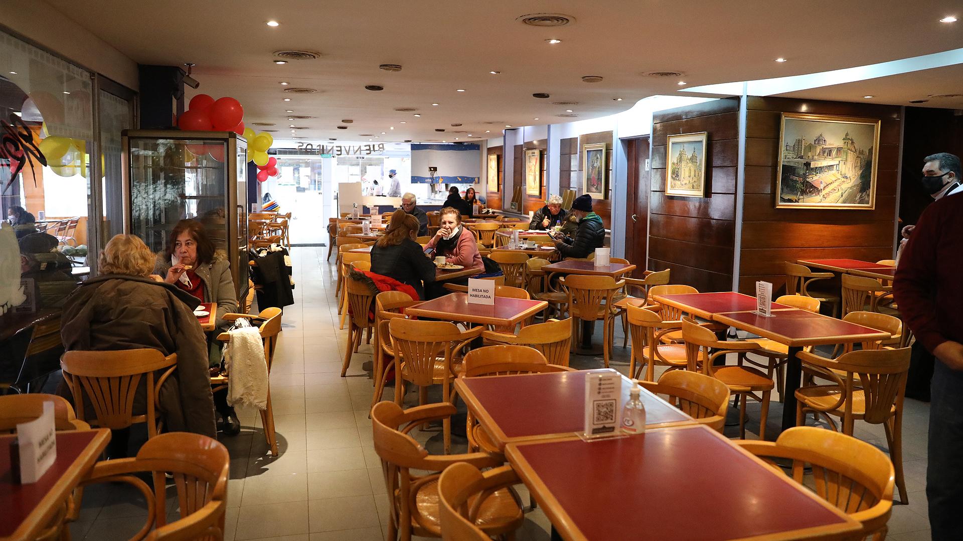 De acuerdo a lo dispuesto por el Centro de Operaciones de Emergencias (COE) de Córdoba, bares y restaurantes reabrieron sus puertas, aunque al 50% de su capacidad