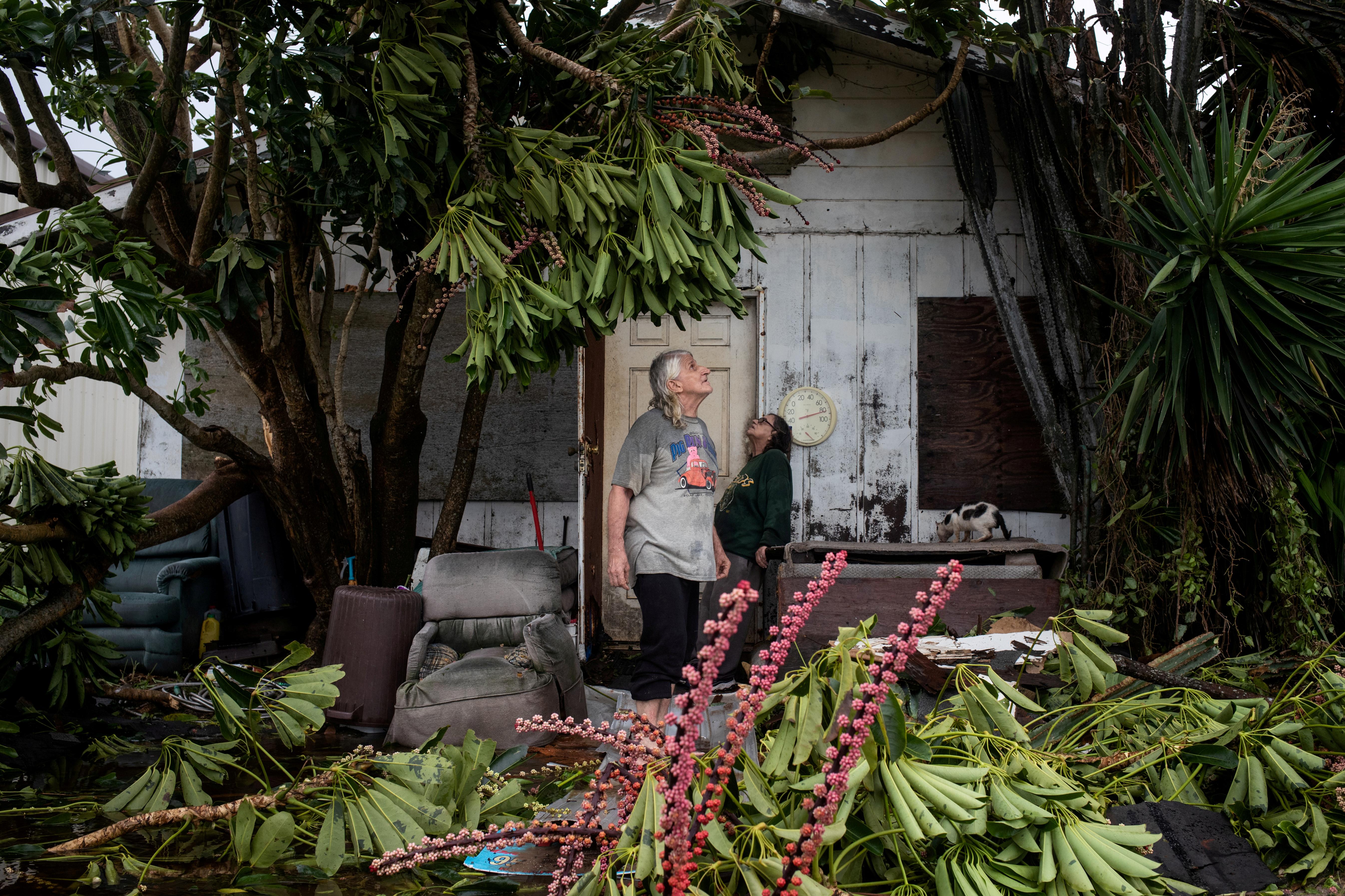 Charles Pecce, 70, y su esposa Sharon Pecce, 76, revisan los daños a su casa en Port Mansfield, Texas (REUTERS/Adrees Latif)