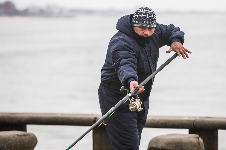 Un clásico de la costanera marplatense: la pesca. Después de 110 días, llegó el pique para este fan de la caña.