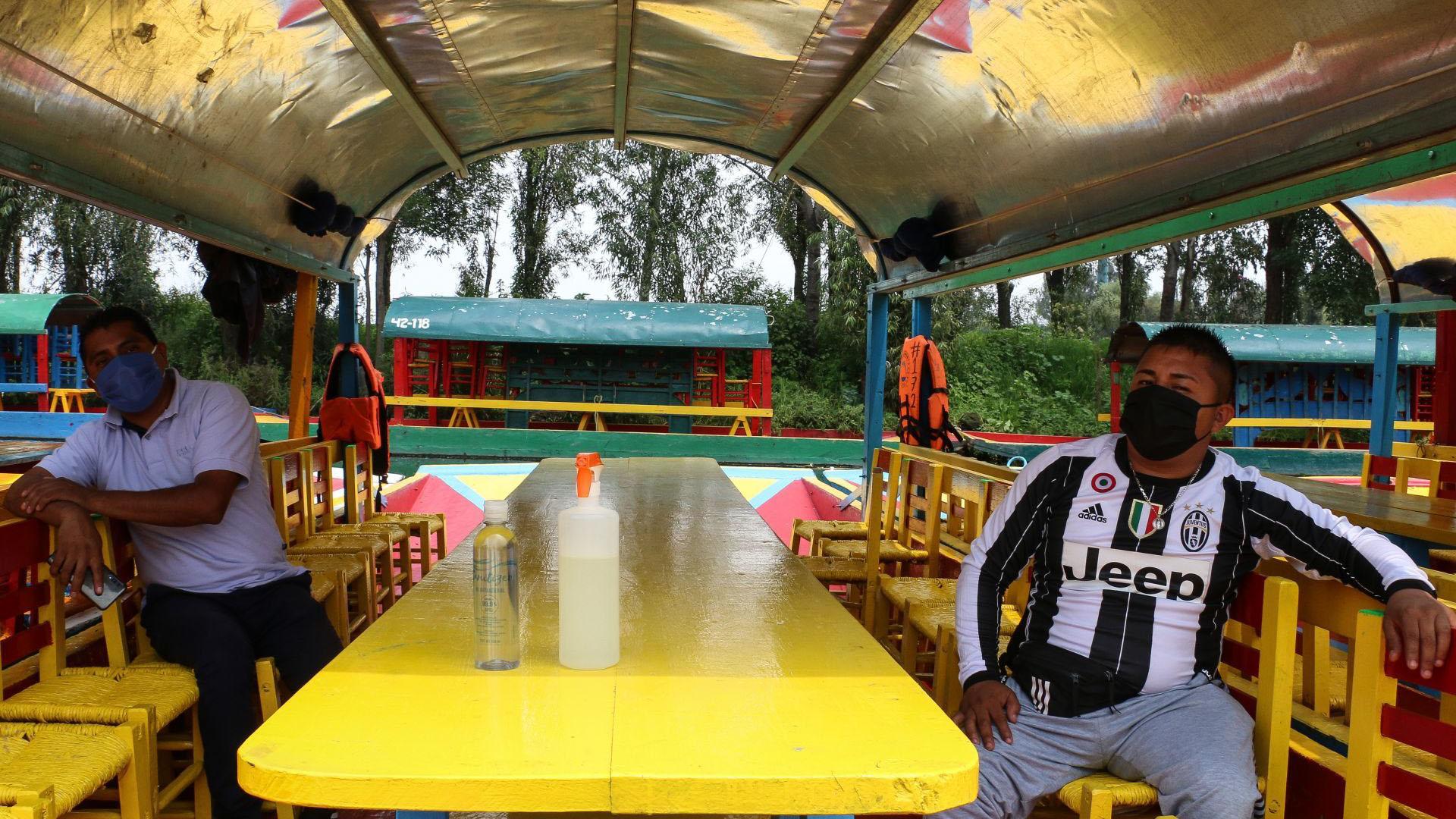 Con gel y sanitizante sobre la mesa, trabajadores esperan visitantes en el embarcadero de Cuemanco (Foto: Cuartoscuro)