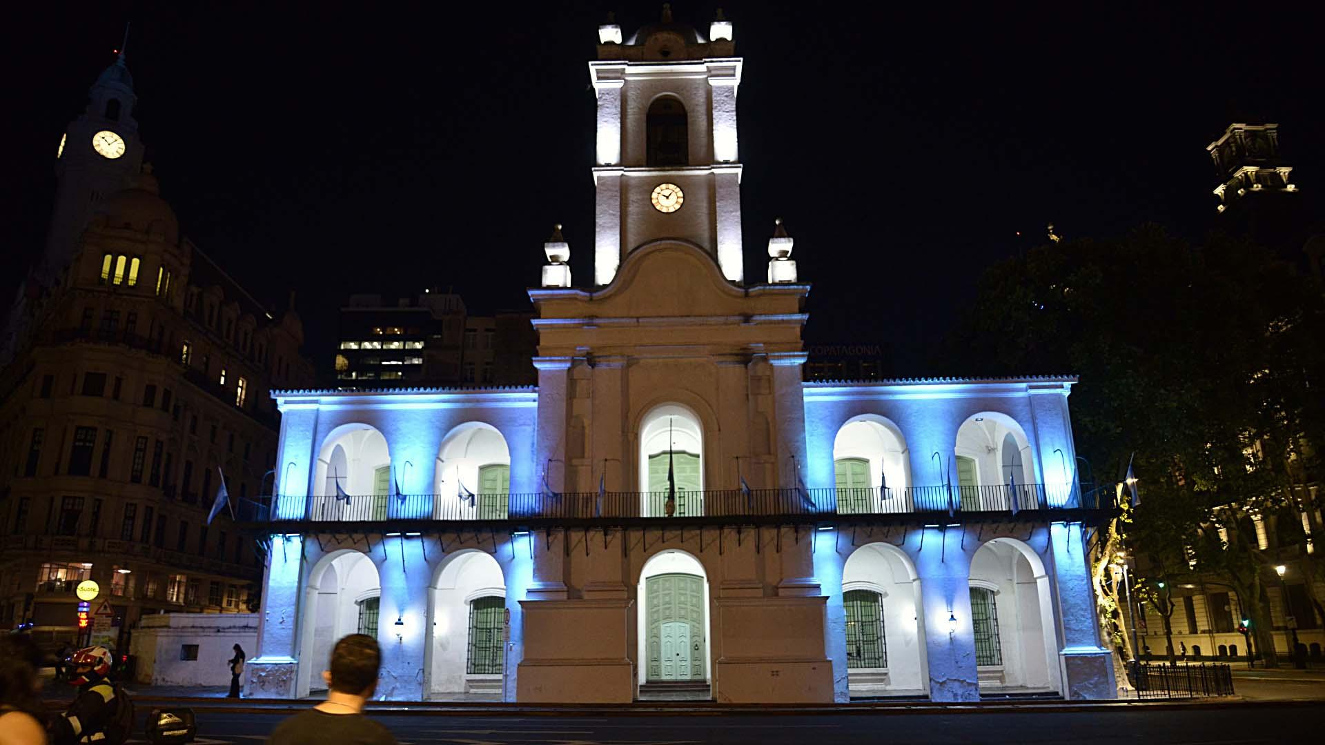 Monumentos y edificios emblemáticos de la Ciudad se iluminaron a modo de homenaje