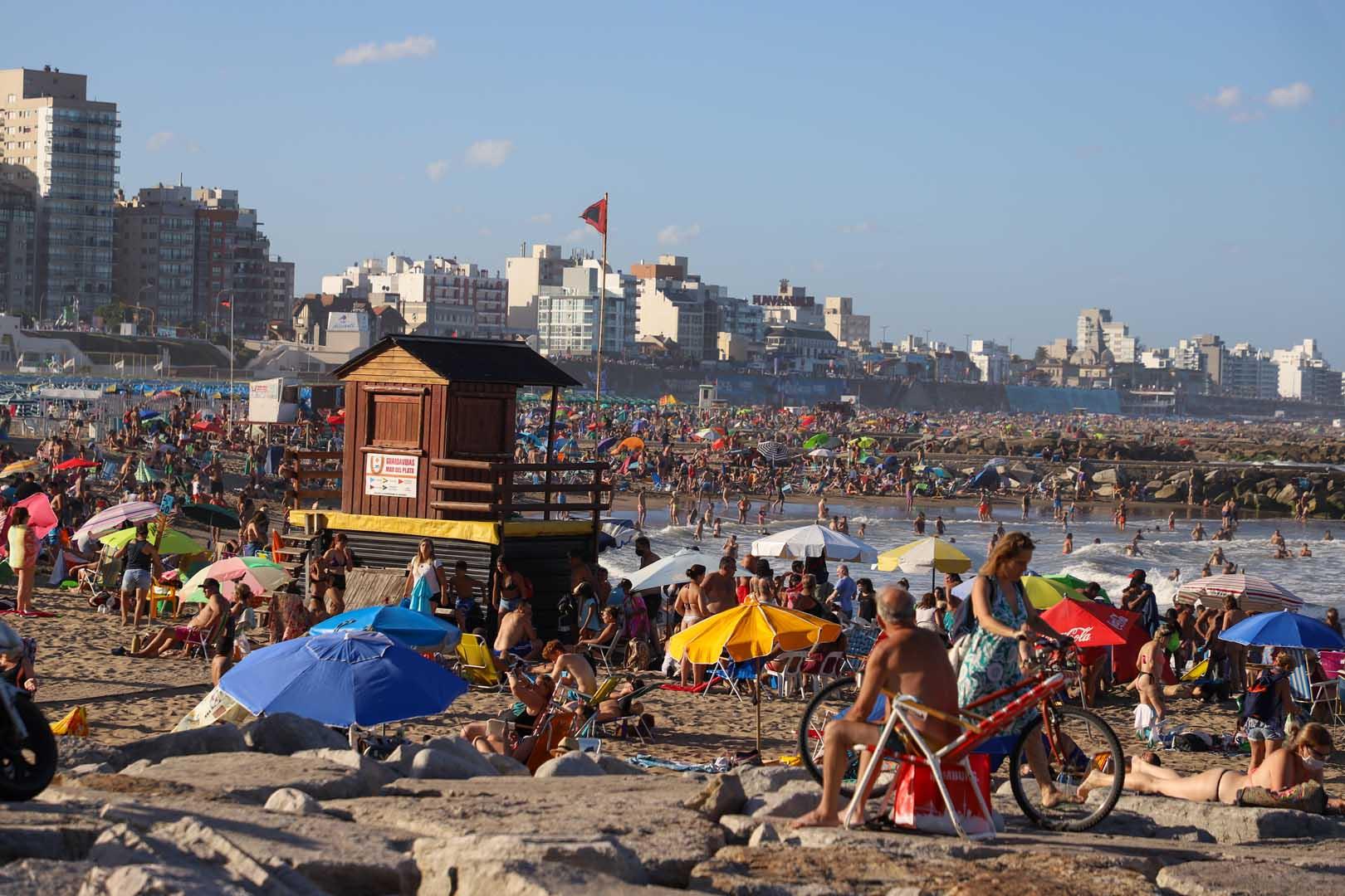 En total fueron secuestrados más de 600 litros de alcohol en las playas marplatenses