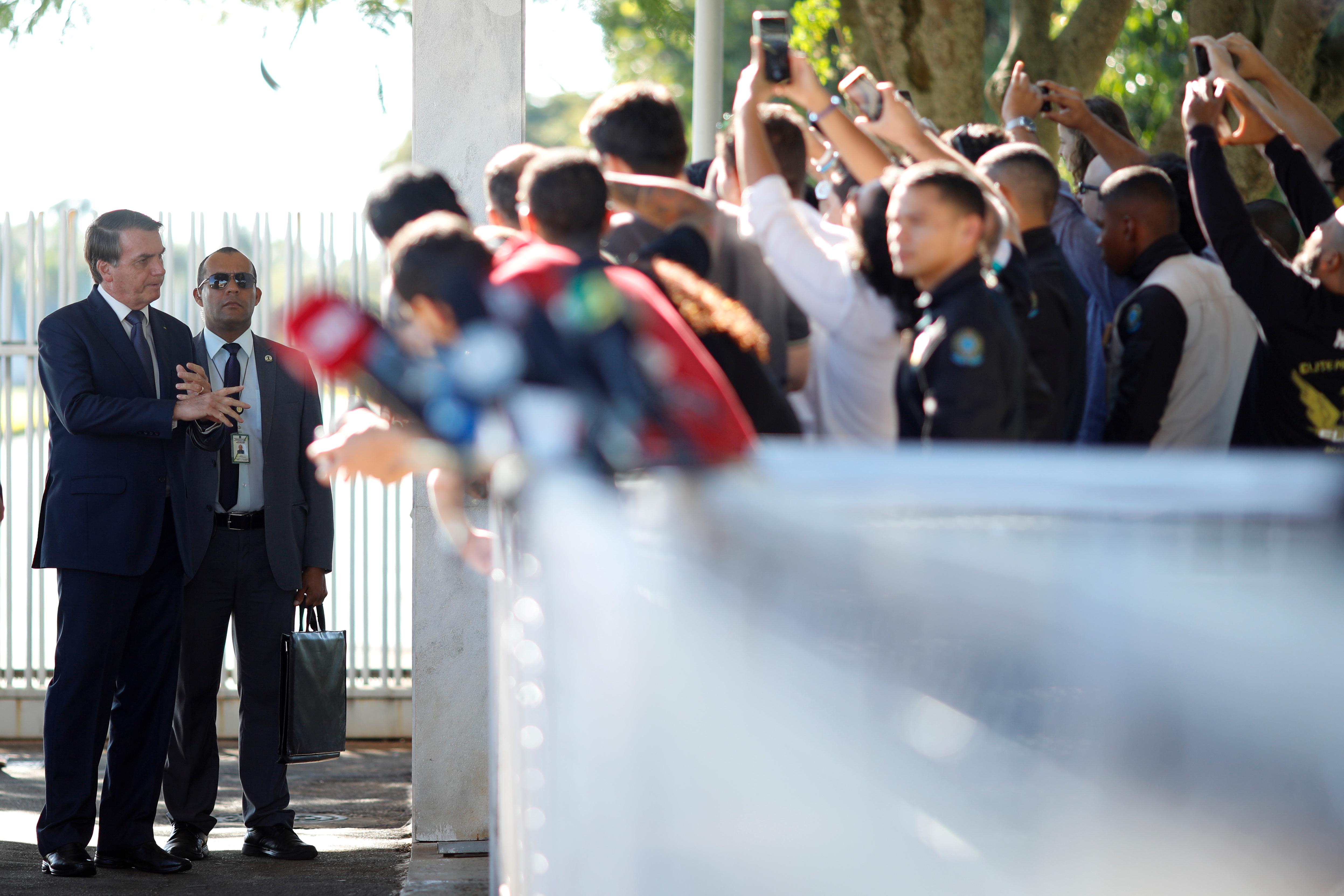Jair Bolsonaro saludando a sus seguidores el pasado 3 de abril tras abandonar el Palacio de la Alvorada, en medio del brote de coronavirus que ubicó a Brasil como el segundo país más afectado del mundo. REUTERS/Adriano Machado