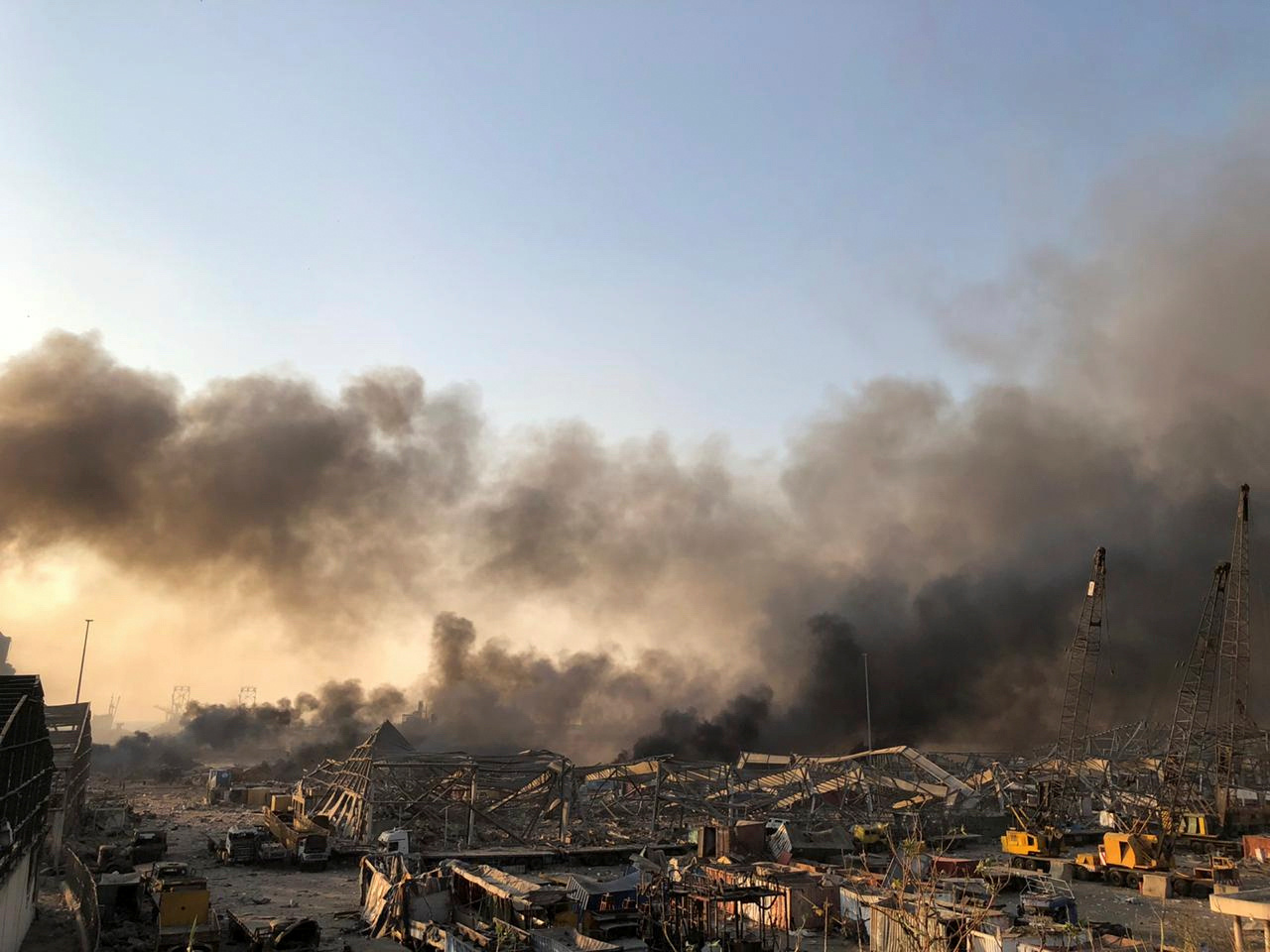 El humo se eleva después de que se escuchara una explosión en Beirut (Reuters/ Issam Abdallah)