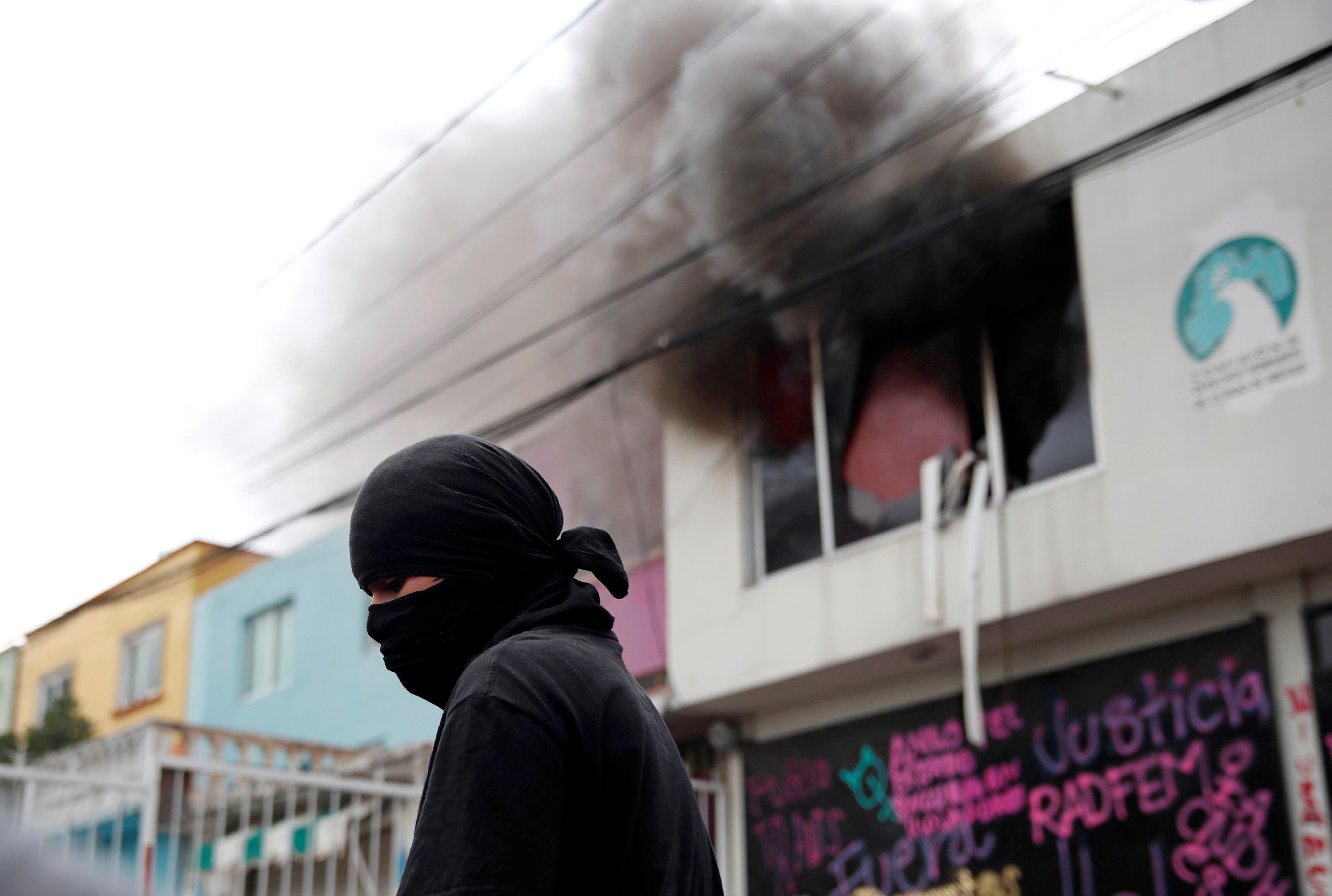 Se ve humo de un incendio luego de que miembros de un colectivo feminista vandalizaran las instalaciones de la comisión de derechos humanos del estado de México, en apoyo a víctimas de violencia de género, en Ecatepec, Estado de México, México el 11 de septiembre de 2020.