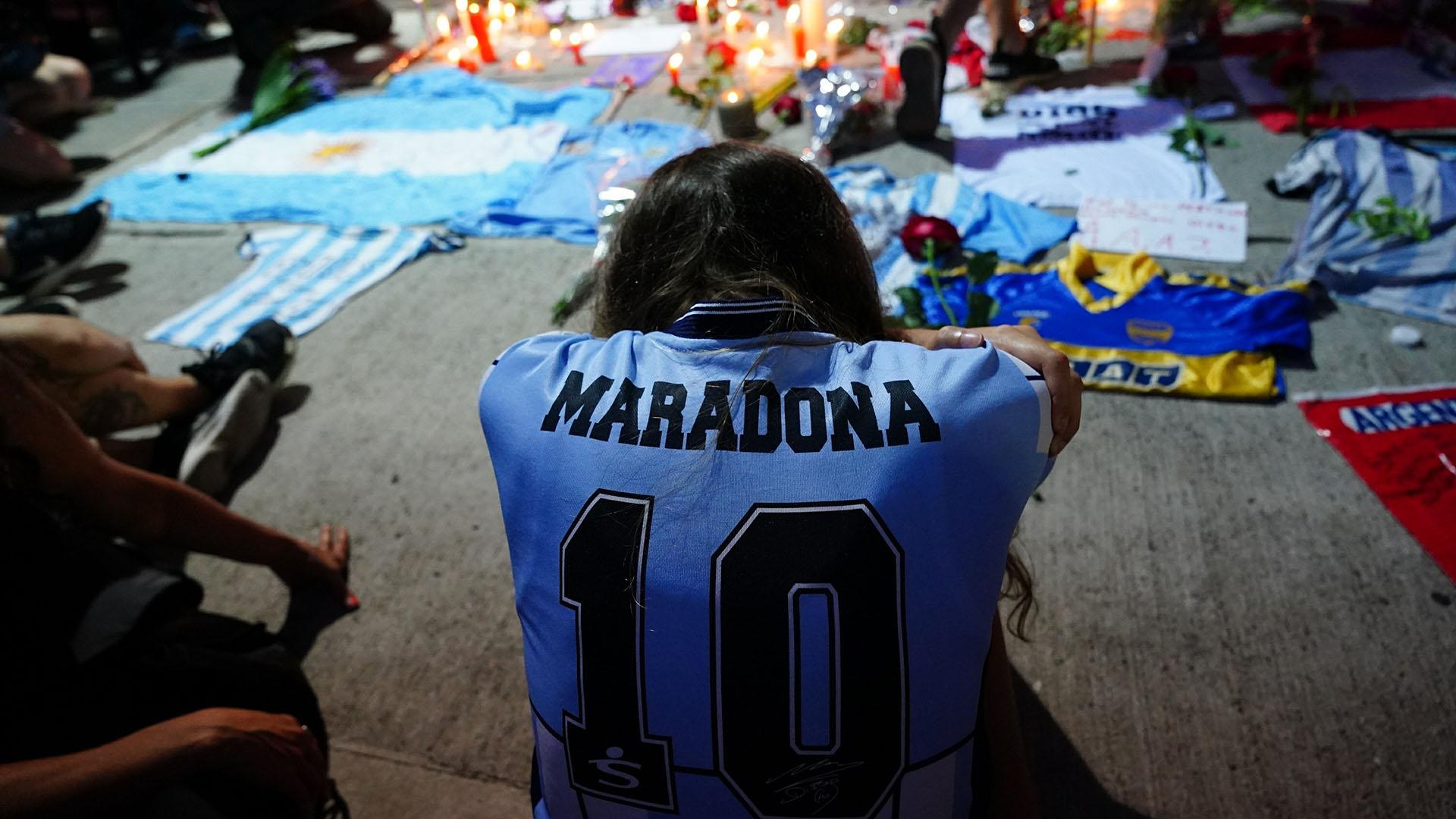 El dolor de la gente por la muerte de Maradona